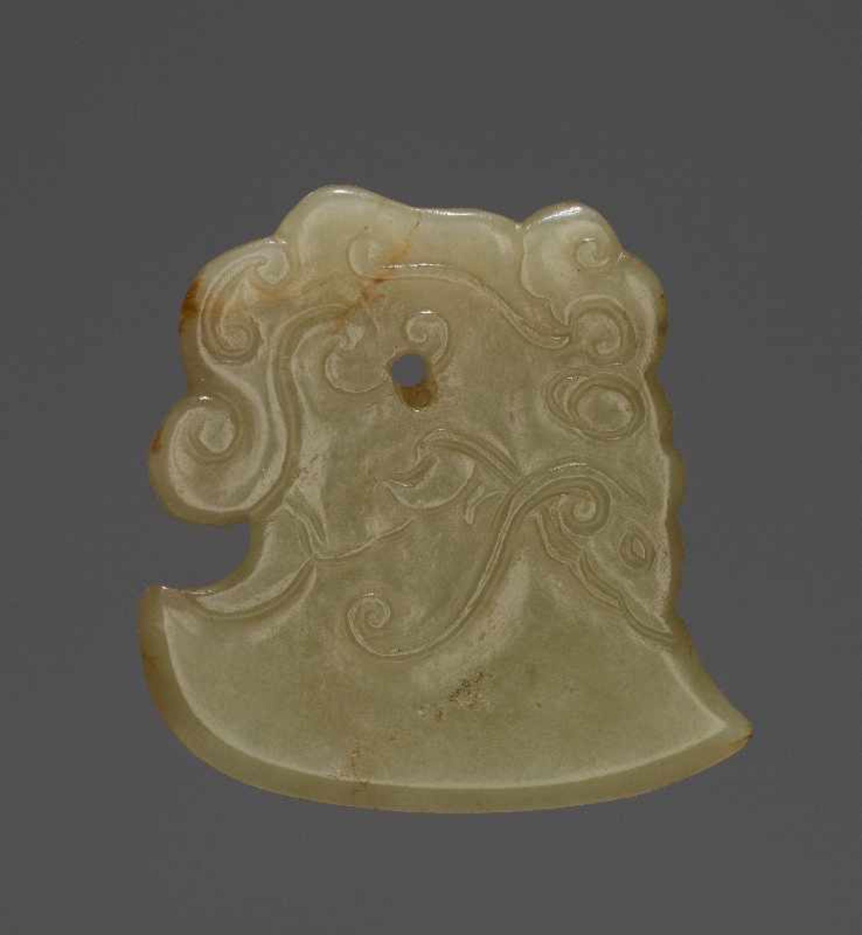 KONVOLUT MIT EINER BI UND DREI AMULETTENJade. China, späte Qing-Dynastie, 19. Jh. 75a: BI Jade. - Image 6 of 17