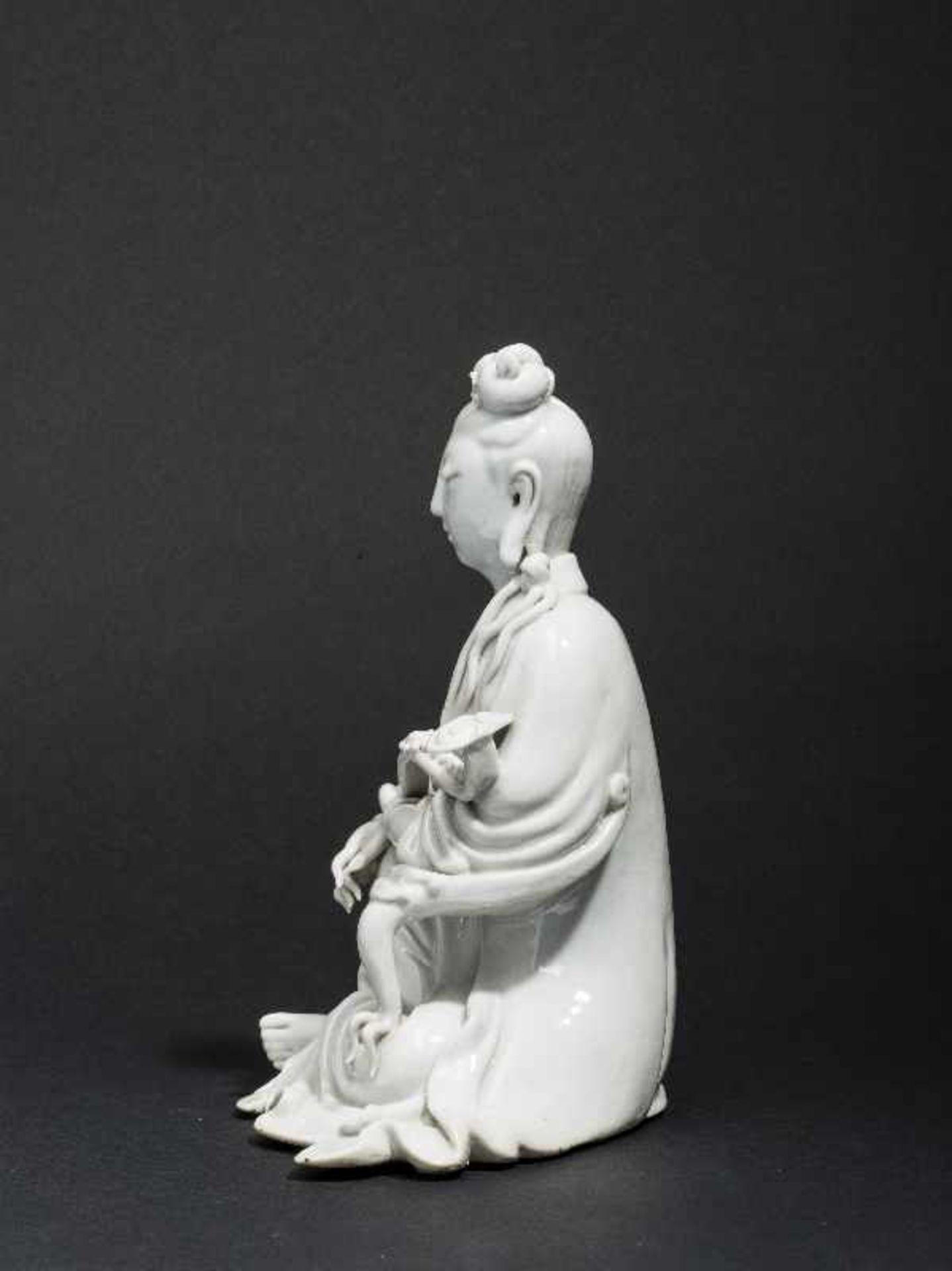 SITZENDE GUANYIN MIT ZEPTER Blanc de Chine-Porzellan. China, Qing 17. bis 18. Jh. Ein betörend - Image 5 of 7