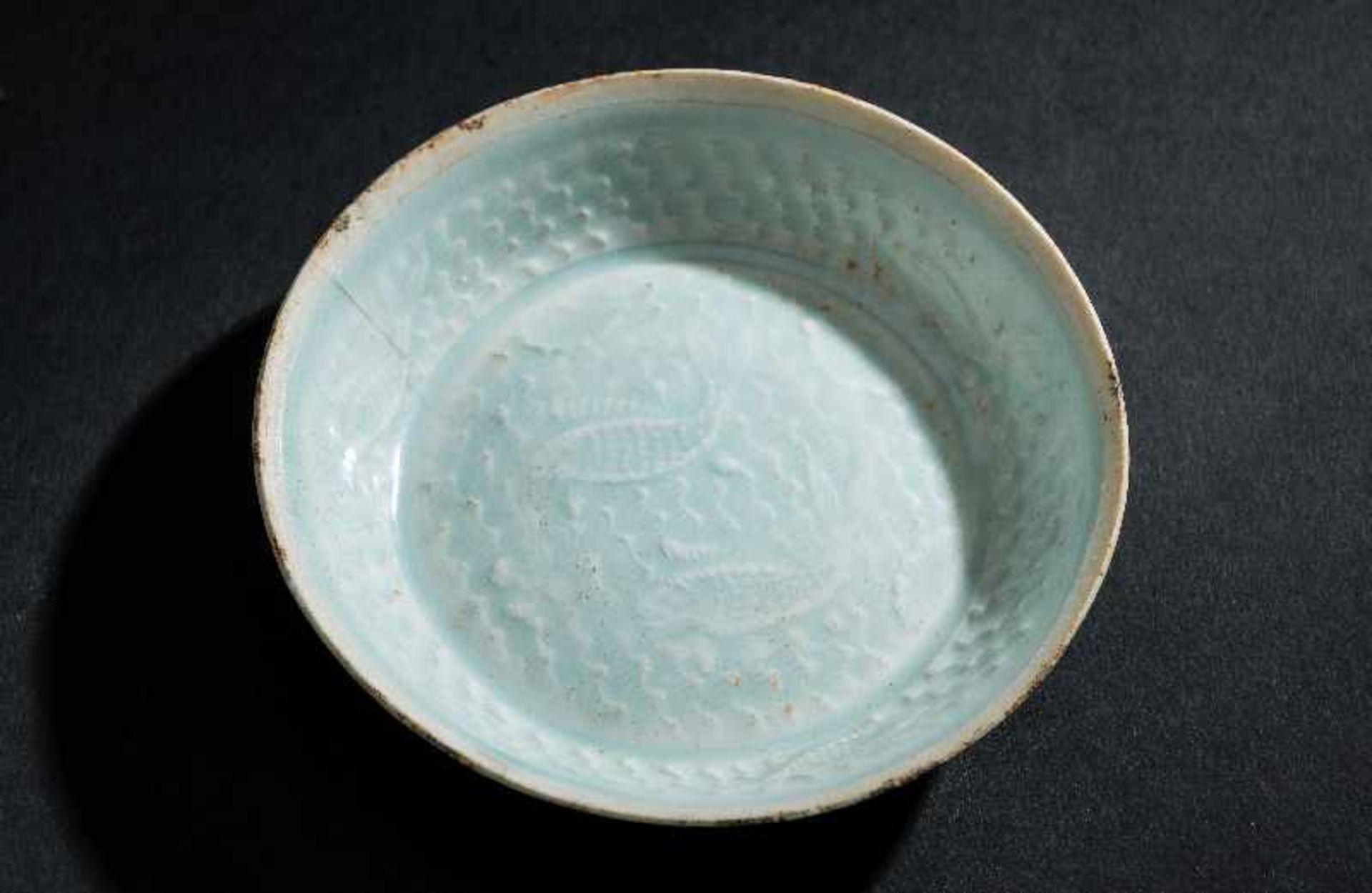 SCHÄLCHEN MIT FISCHENProtoporzellan. China, Song-Dynastie, ca. 10 – 12. Jh. Dieses dünnwandinge - Image 2 of 5
