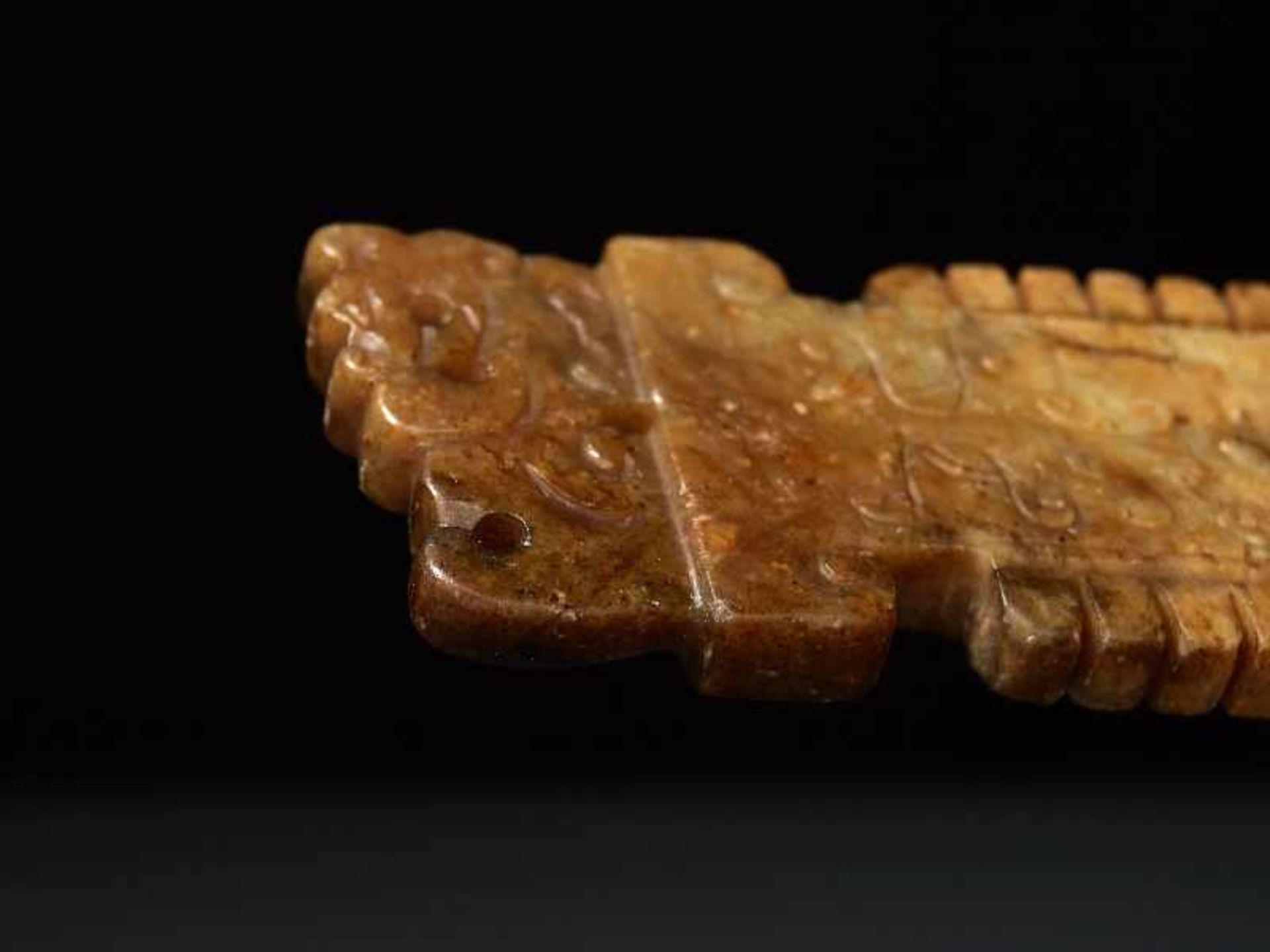 Zieranhänger in Form einer ZeremonialklingeJade. China, Ming/Qing, ca. 17. Jh. Eine sehr nette, - Image 5 of 5