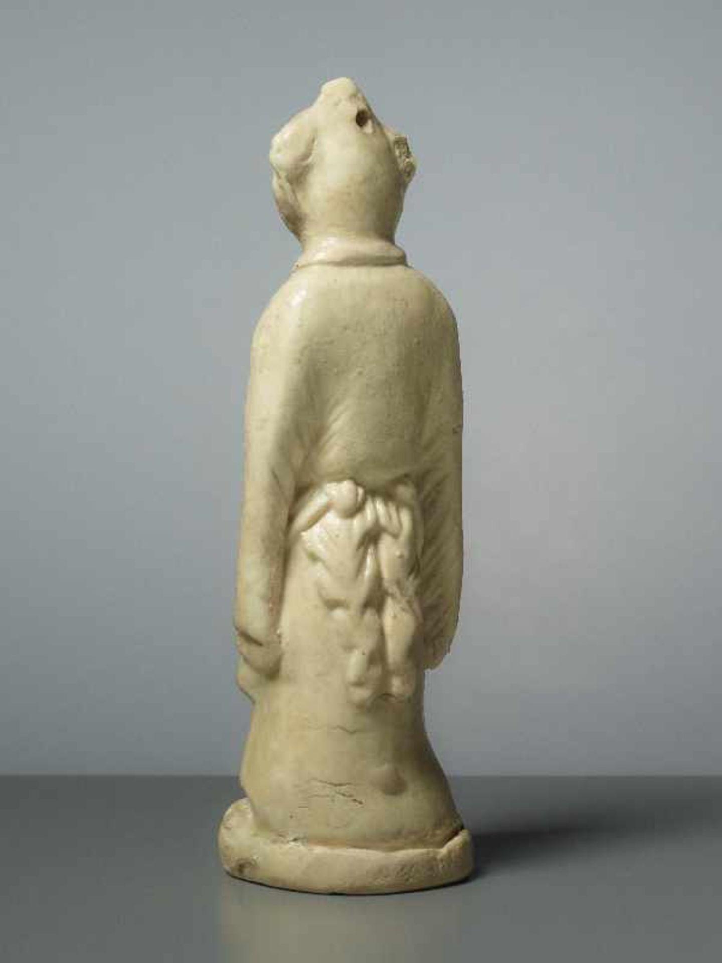 FIGUR EINES GLÜCKSKNABEN Glasierte Keramik. China, Song, ungefähr 12. Jh. Ein Knabe in - Image 3 of 5