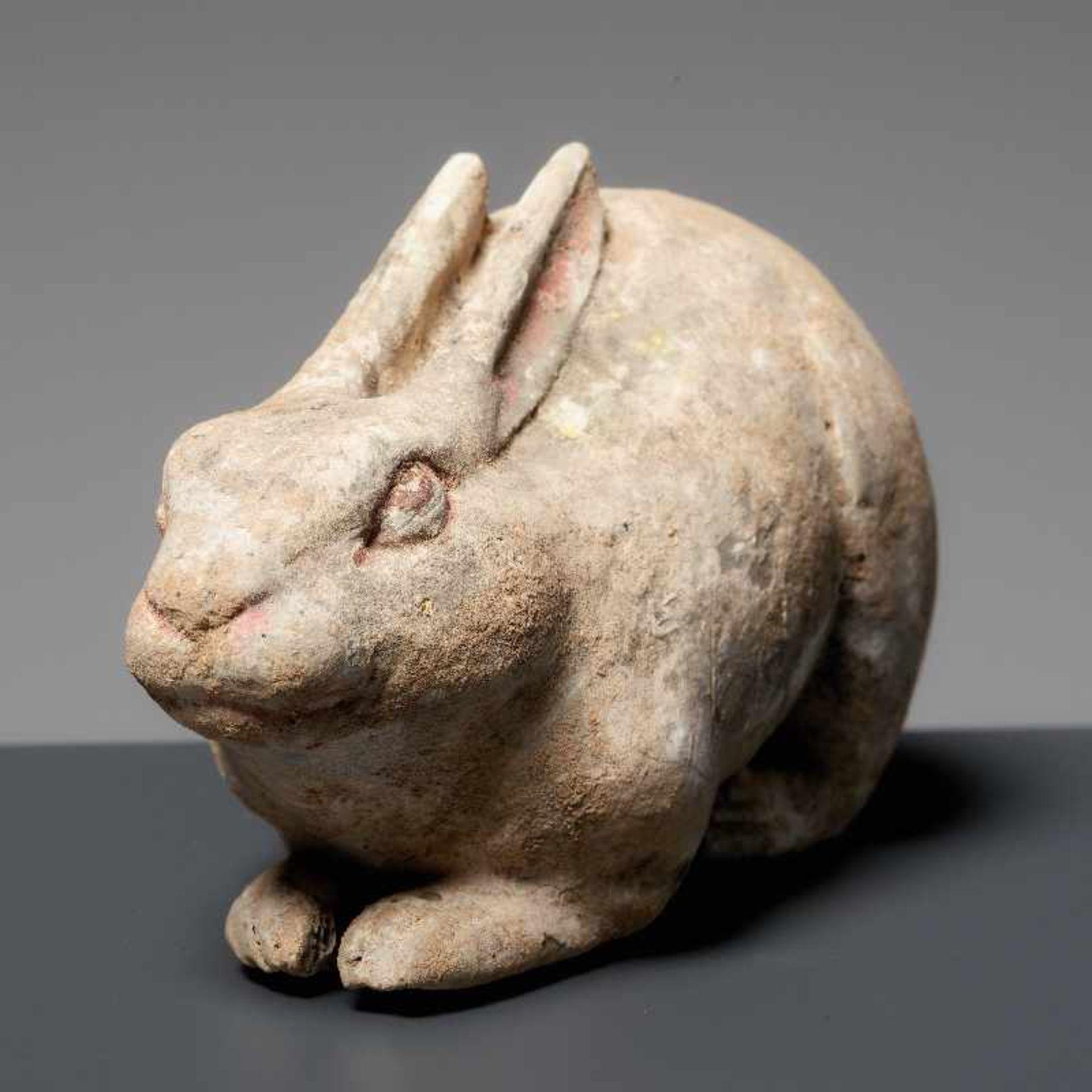 LIEGENDER HASE Terrakotta mit Bemalung. China, Tang (618 - 907) Kleine Terrakotta-Figurine, die - Image 3 of 4