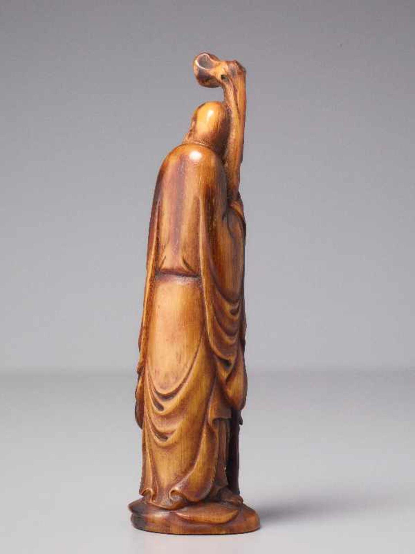 LANGLEBENSGOTT SHOULAO Horn. China, Qing (1644 – 1911) Eine überaus fein gearbeitete figürliche - Image 4 of 5