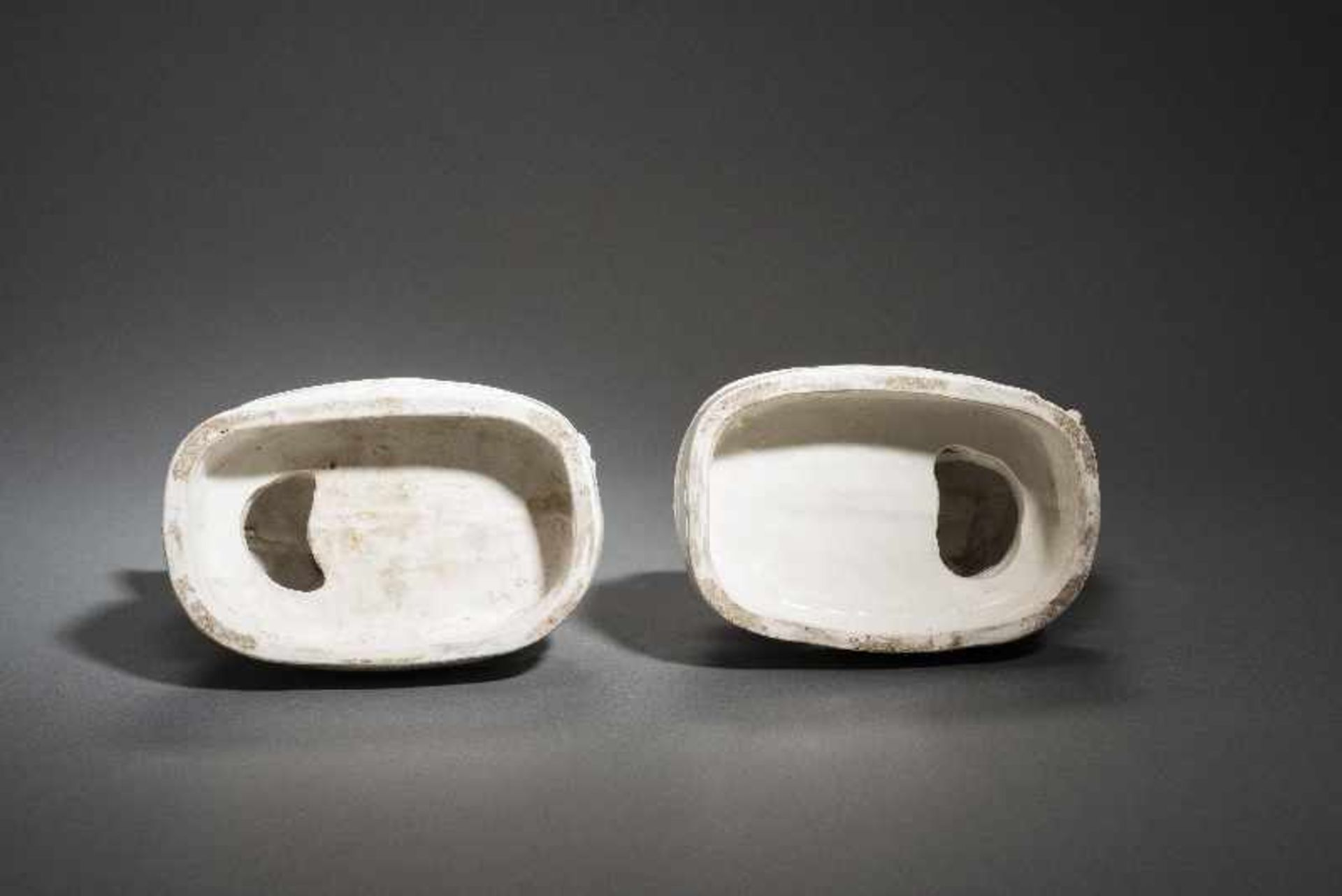 PAAR PALASTLÖWEN AUF SOCKELNBlanc de Chine-Porzellan aus Dehua und Holz. China, Qing 18. Jh. Zwei - Image 6 of 9