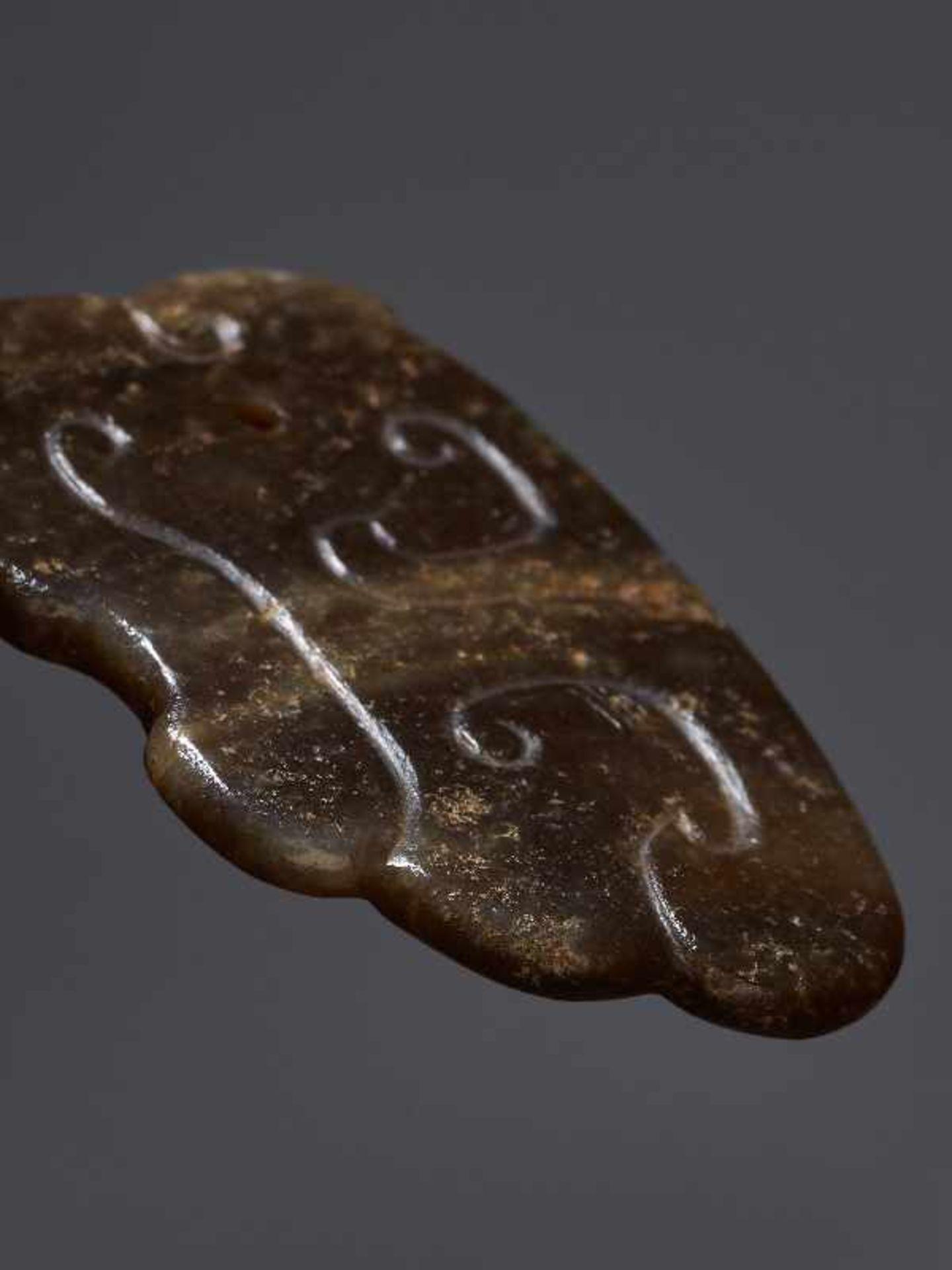 KONVOLUT MIT EINER BI UND DREI AMULETTENJade. China, späte Qing-Dynastie, 19. Jh. 75a: BI Jade. - Image 16 of 17