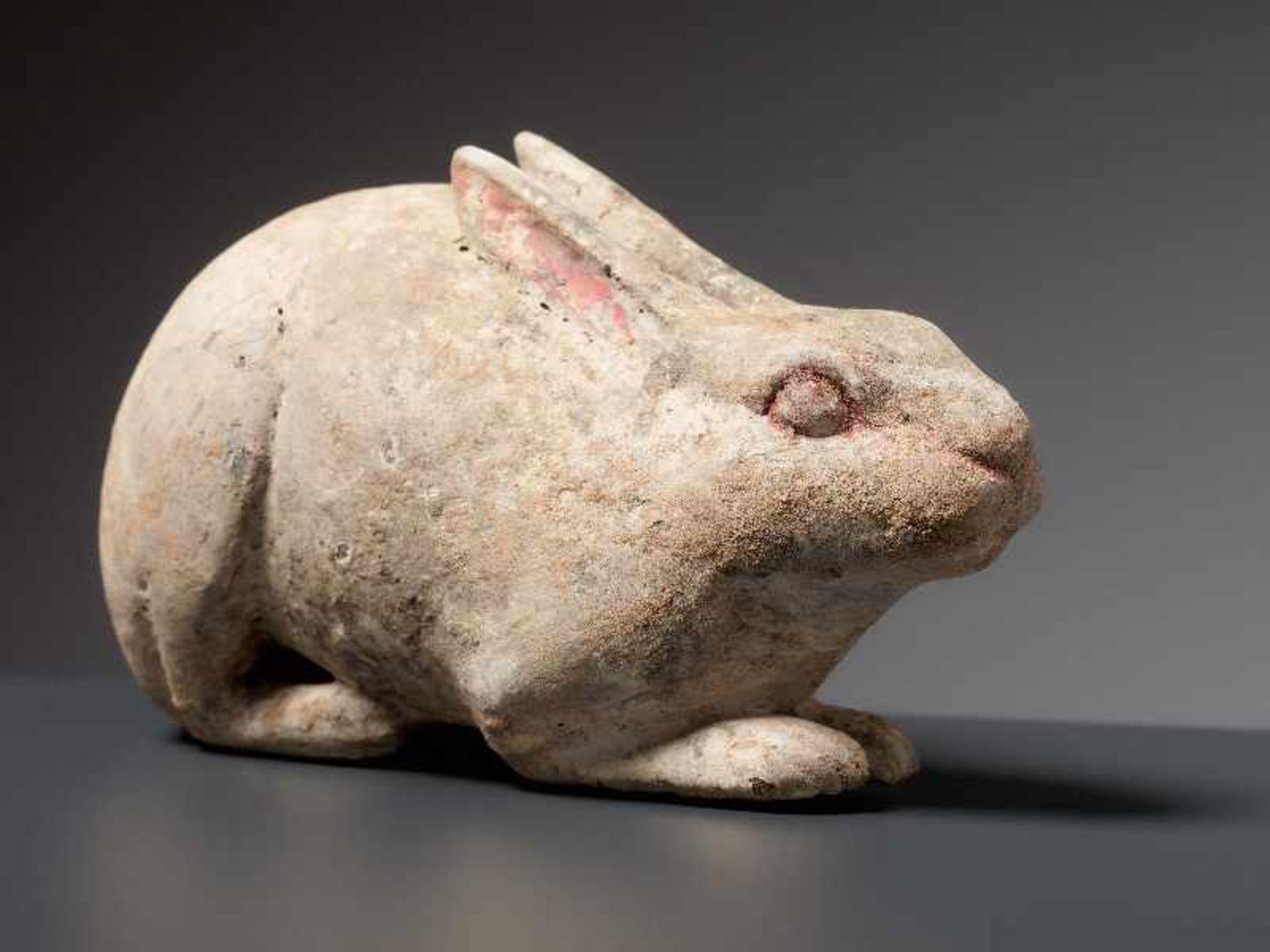 LIEGENDER HASE Terrakotta mit Bemalung. China, Tang (618 - 907) Kleine Terrakotta-Figurine, die