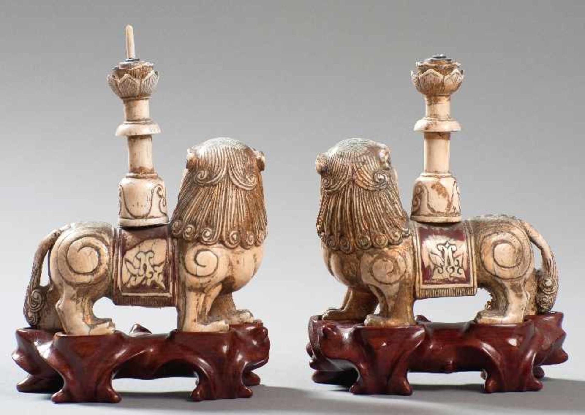 Ein paar Löwen als Kerzenträger Elfenbein. China, im Stil des 17. bis 18. Jh. Sehr ausdrucksstark - Image 2 of 2