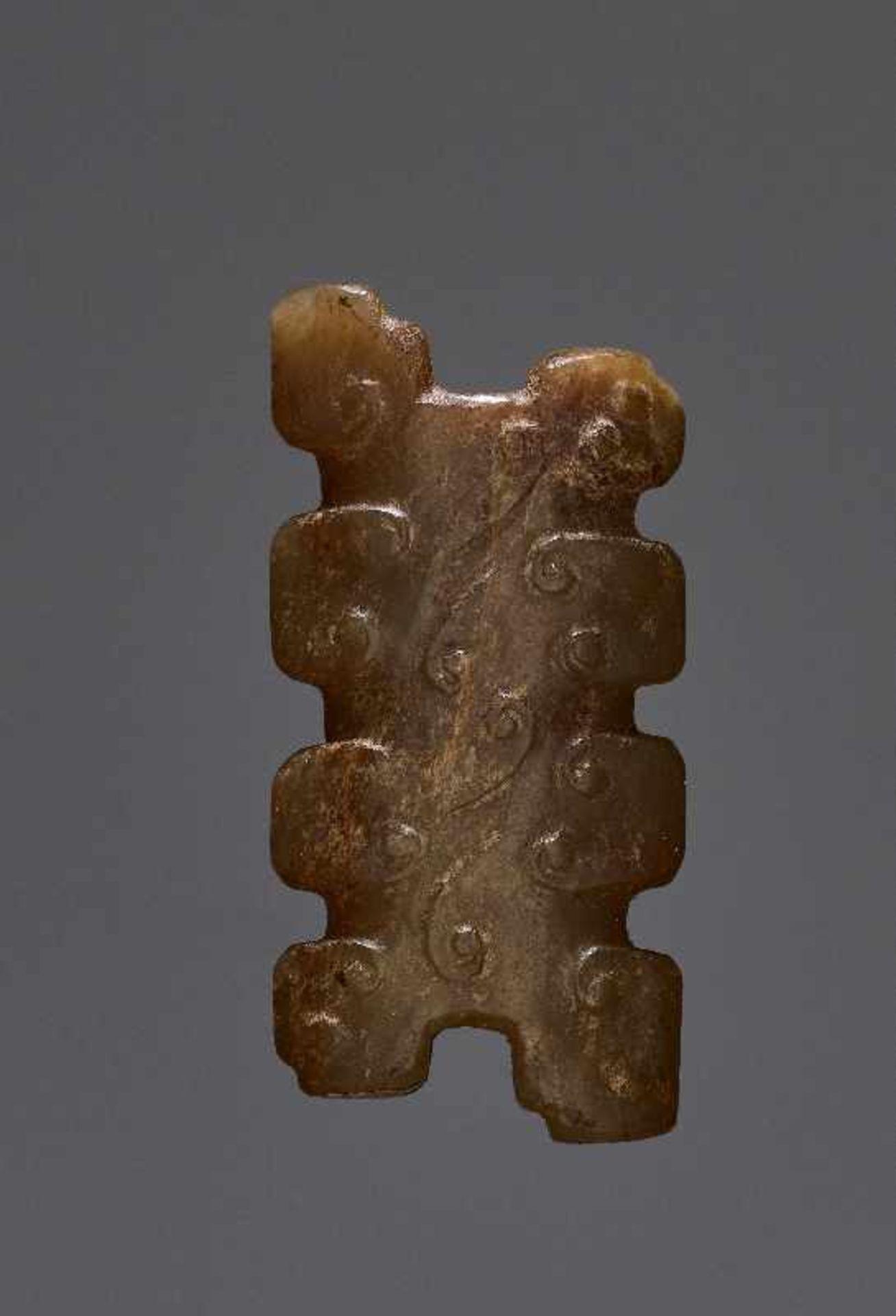 KONVOLUT MIT DREI PERLEN UND EINEM AMULETT 74 a-cJade. China, Qing, 19. Jh. 74a-c: DREI ZIERPERLEN - Image 3 of 18