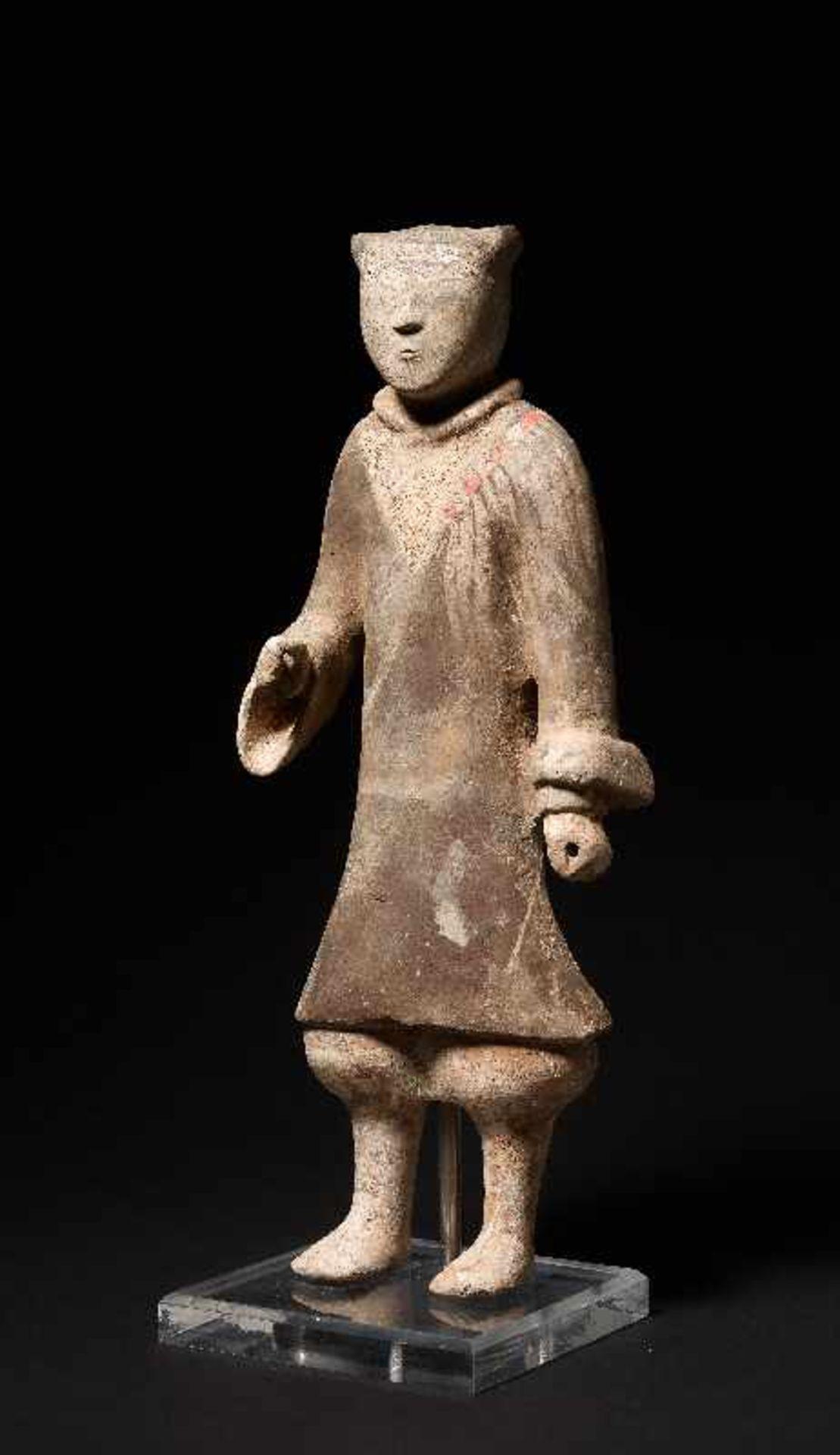 DER ELEGANTE GARDIST Terrakotta mit alter Bemalung. China, frühe Westliche Han-Dynastie (3. - 2. Jh.