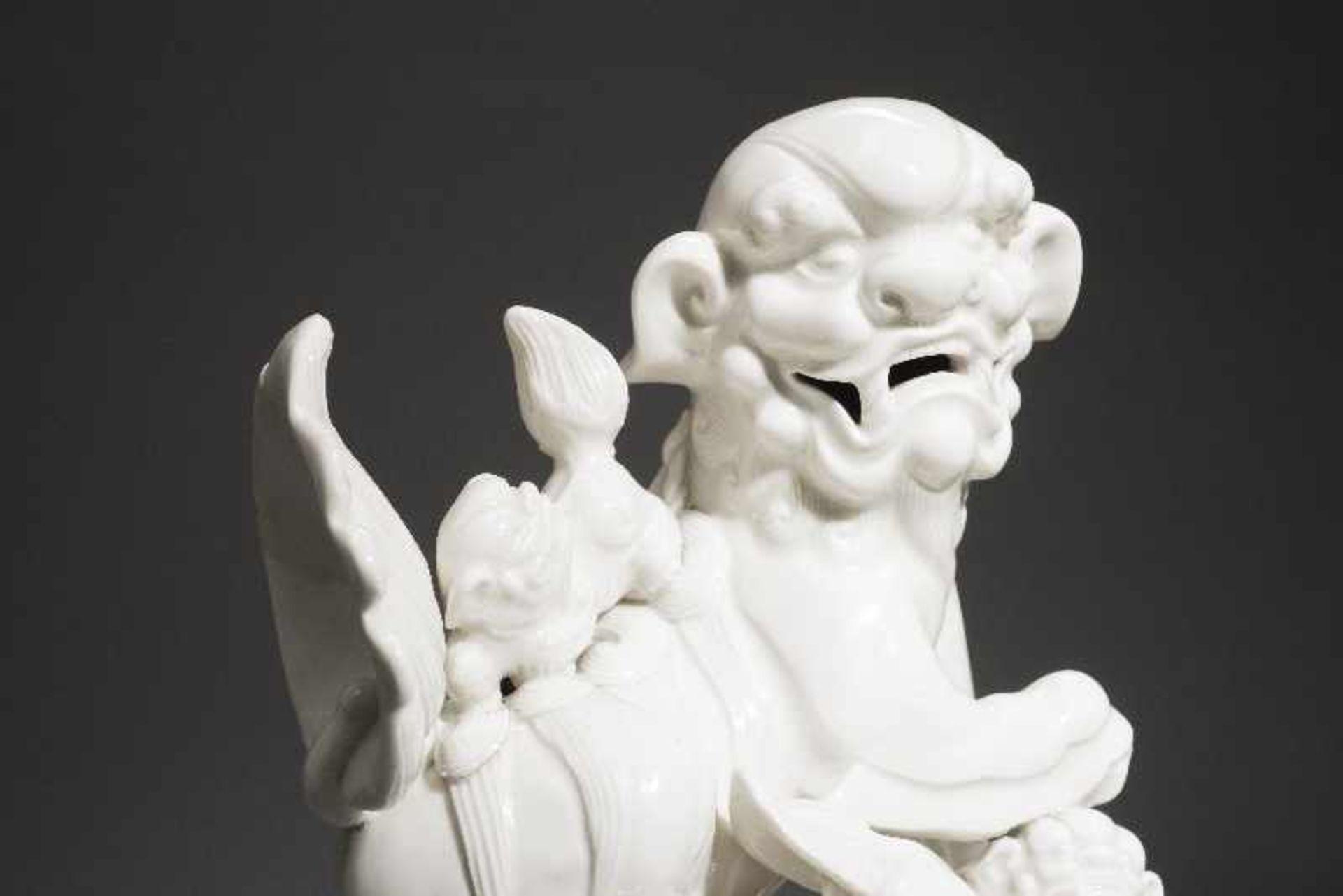 PAAR PALASTLÖWEN AUF SOCKELNBlanc de Chine-Porzellan aus Dehua und Holz. China, Qing 18. Jh. Zwei - Image 8 of 9