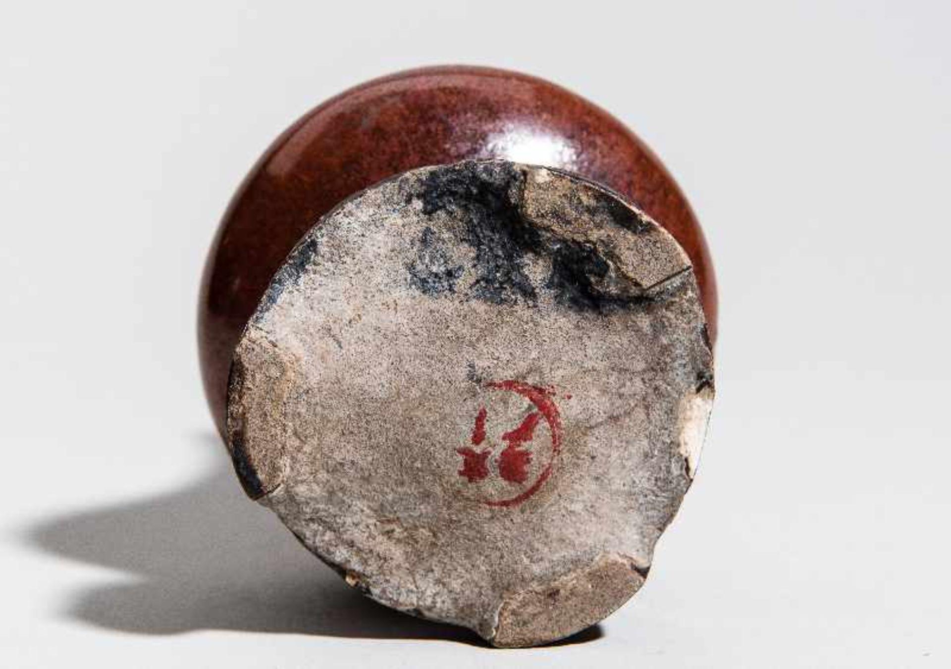 KLEINE VASE MIT SOCKELSteingut. China, Qing-Dynastie (1644-1911) Ein interessant seltenes und - Image 3 of 4