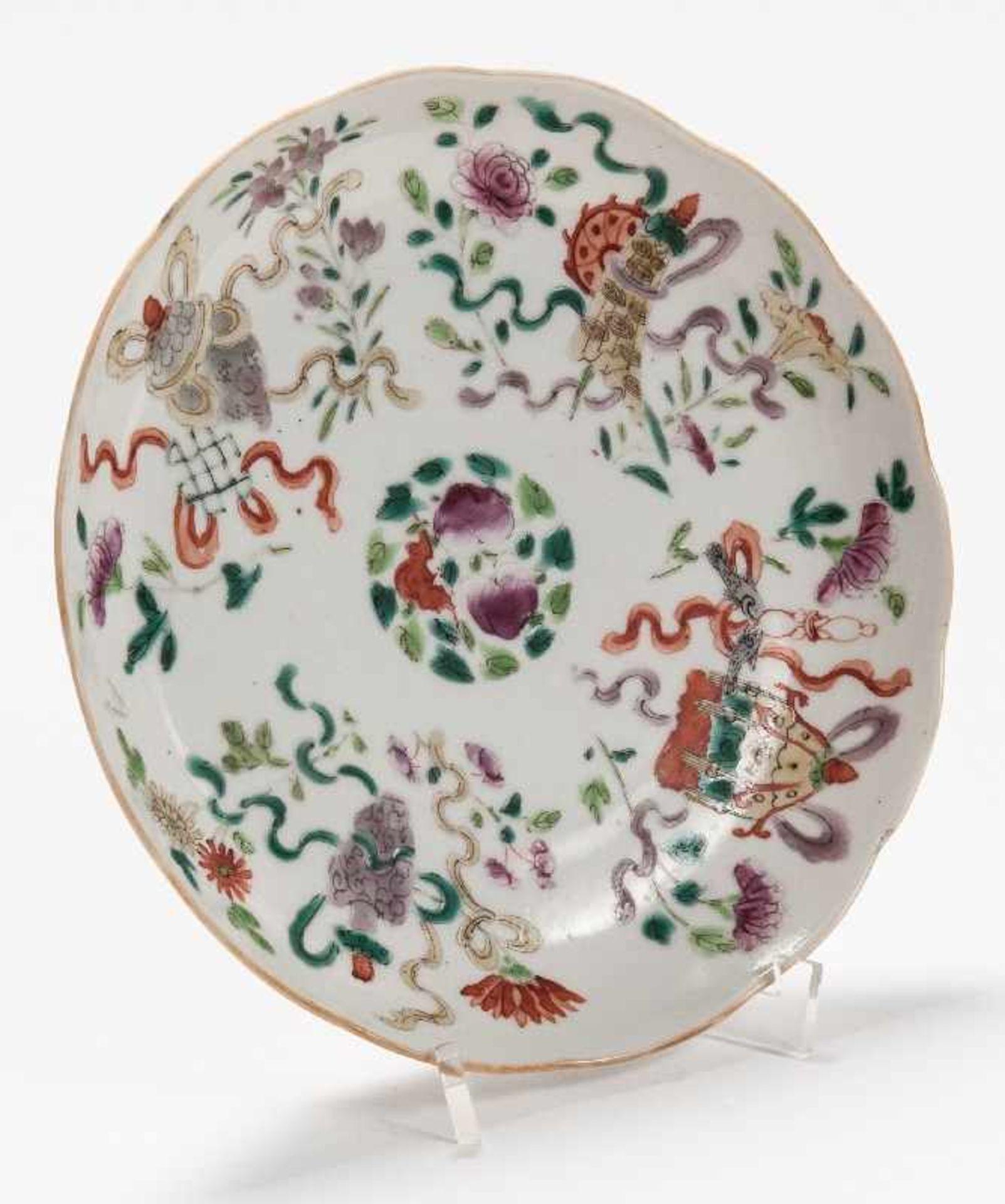 Drei sehr attraktiv farbig bemalte TellerPorzellan mit Emailfarben. China, Qing-Dynastie, - Image 9 of 10