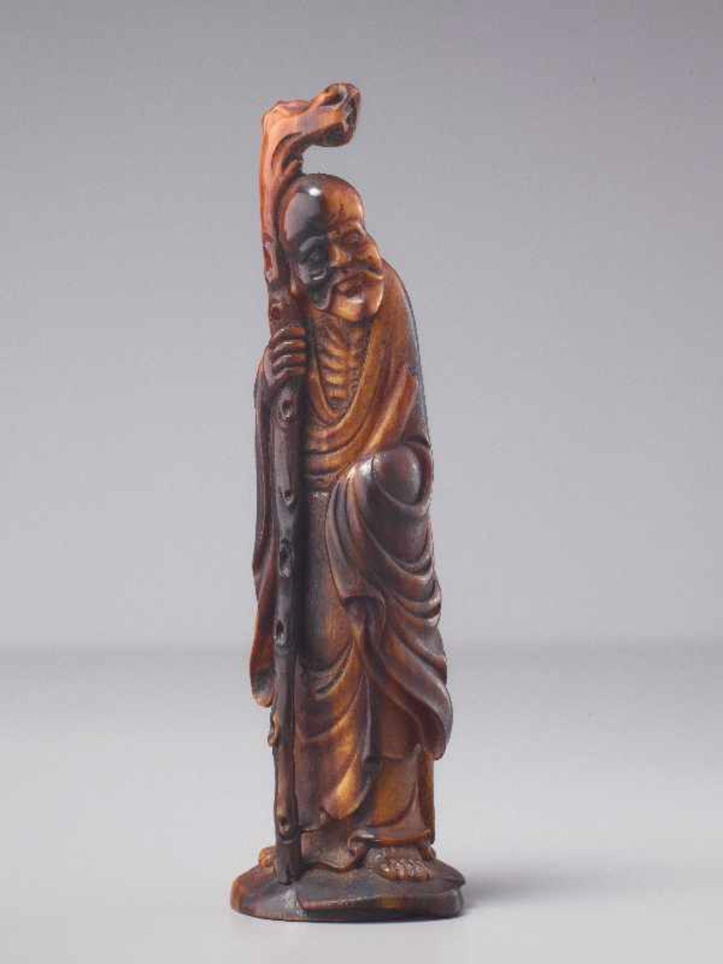 LANGLEBENSGOTT SHOULAO Horn. China, Qing (1644 – 1911) Eine überaus fein gearbeitete figürliche - Image 3 of 5