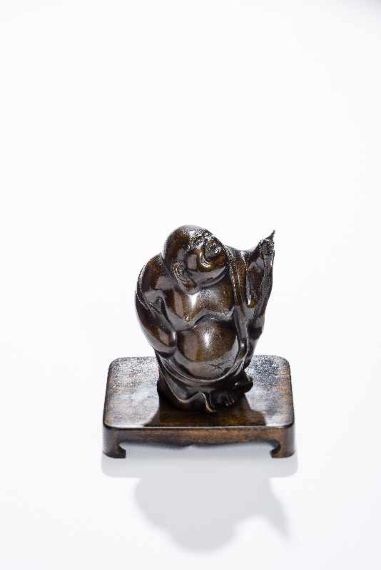 STEHENDER GLÜCKSGOTT BUDAI Gelbe Bronze. China, um 1900 Der dickbäuchige Glücksgott in wallendem - Image 3 of 8