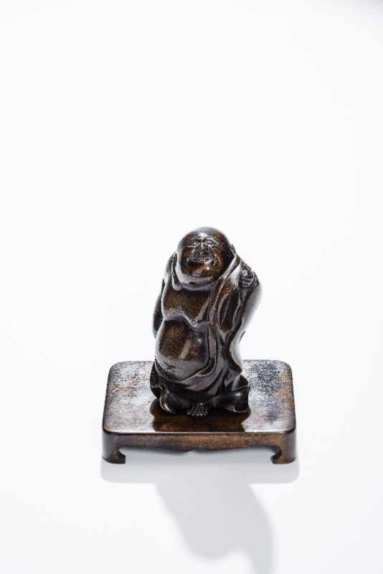 STEHENDER GLÜCKSGOTT BUDAI Gelbe Bronze. China, um 1900 Der dickbäuchige Glücksgott in wallendem - Image 2 of 8