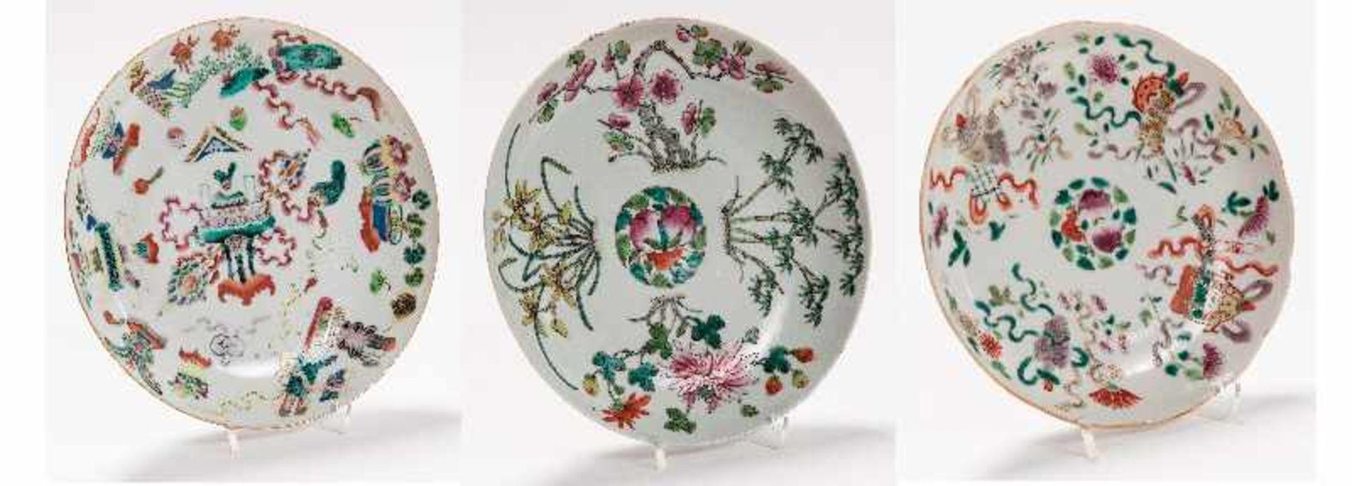 Drei sehr attraktiv farbig bemalte TellerPorzellan mit Emailfarben. China, Qing-Dynastie,