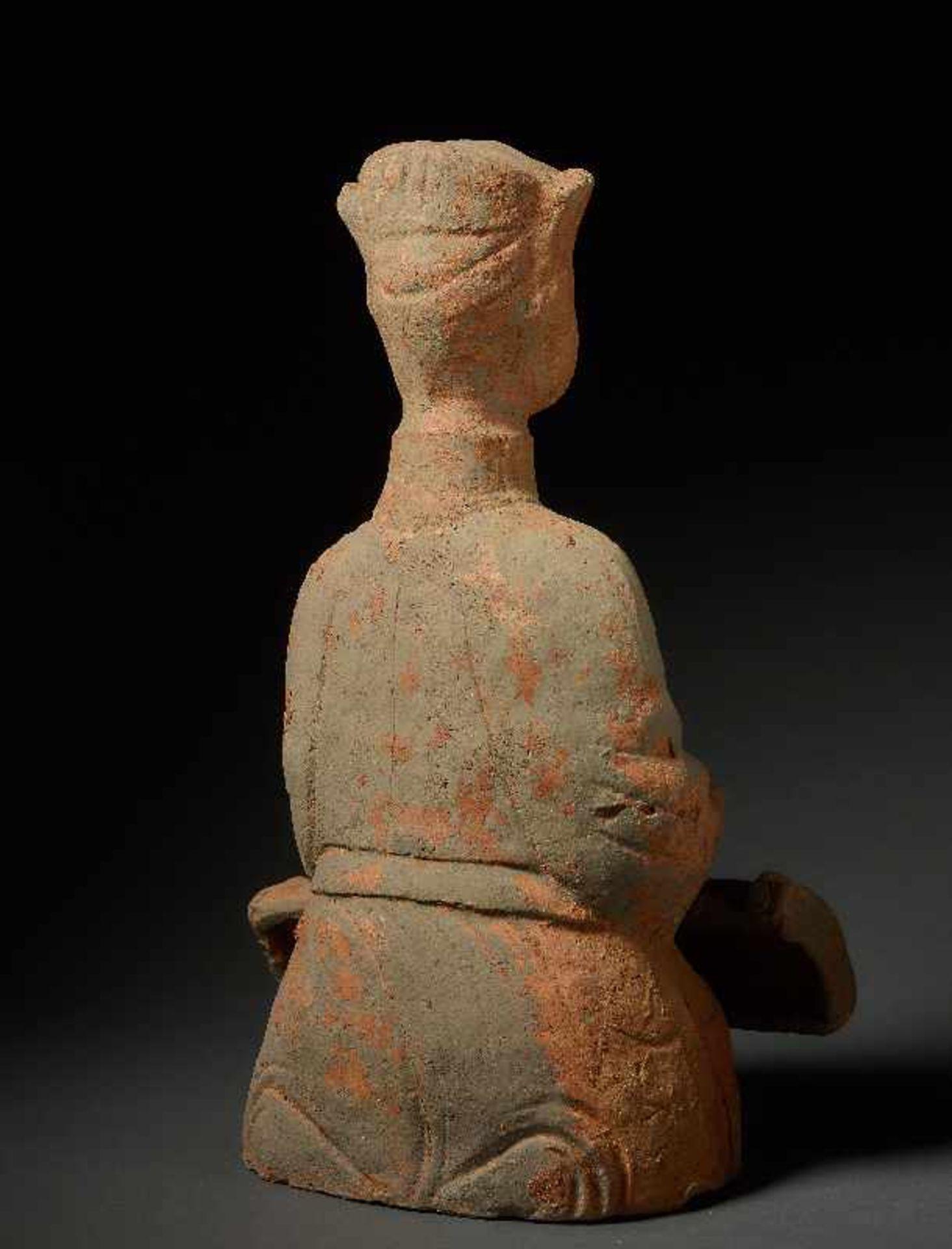 MUSIKANTIN Terrakotta. China, Sichuan, östliche Han (25 - 220) Auf dem Boden hockendes Mädchen, - Image 5 of 6