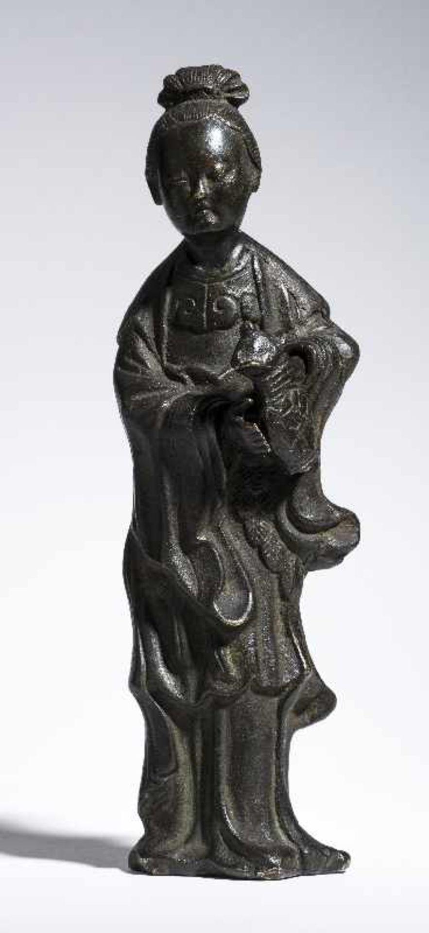 UNSTERBLICHE MIT WASSERKANNE Gelbe Bronze. China, Qing 19. Jh. Vermutlich eine Fee, möglicherweise