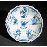 TIEFE SCHALE MIT FIGUREN UND BLÜTEN Blauweißes Porzellan. China, Zehnfach gelappte tiefe Schale, die