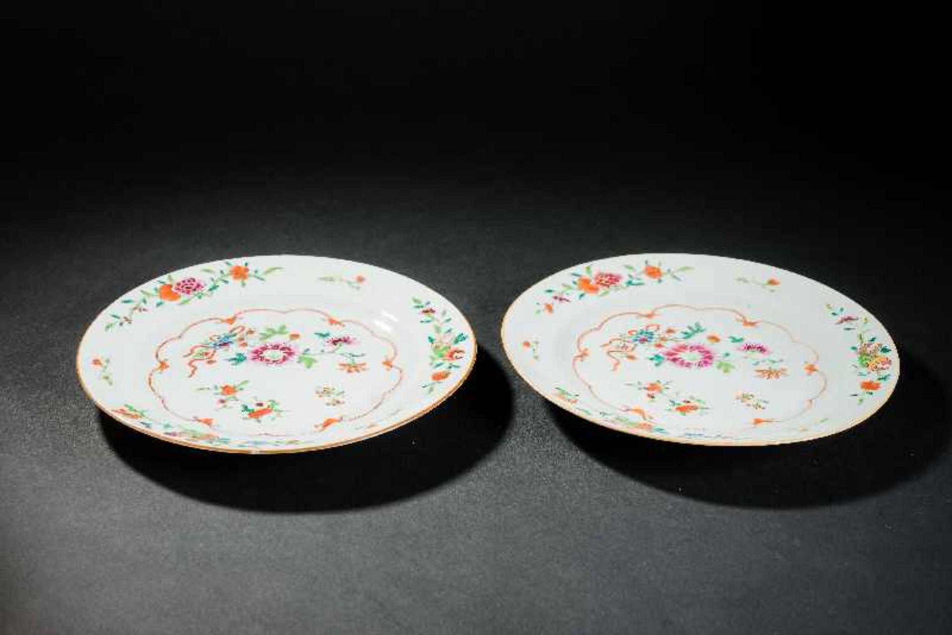 PAAR TELLER Porzellan mit Emailfarben. China, Qing-Dynastie, 18. Jh. Zwei famille-rose Teller, auf - Image 2 of 3