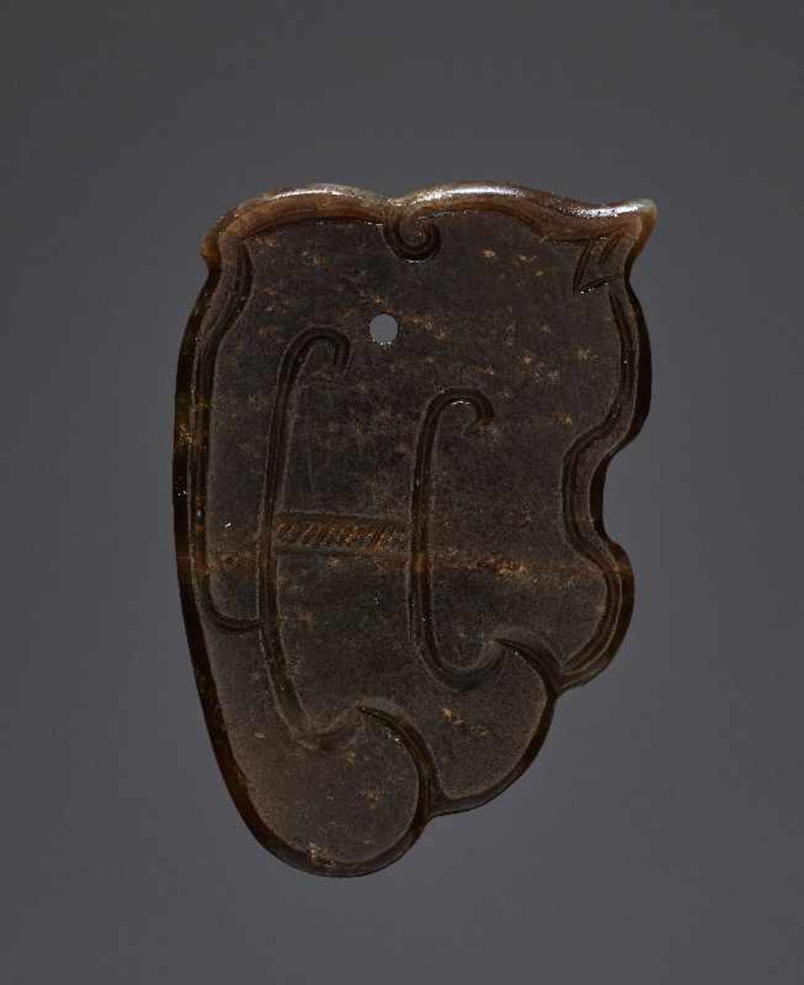 KONVOLUT MIT EINER BI UND DREI AMULETTENJade. China, späte Qing-Dynastie, 19. Jh. 75a: BI Jade. - Image 2 of 17
