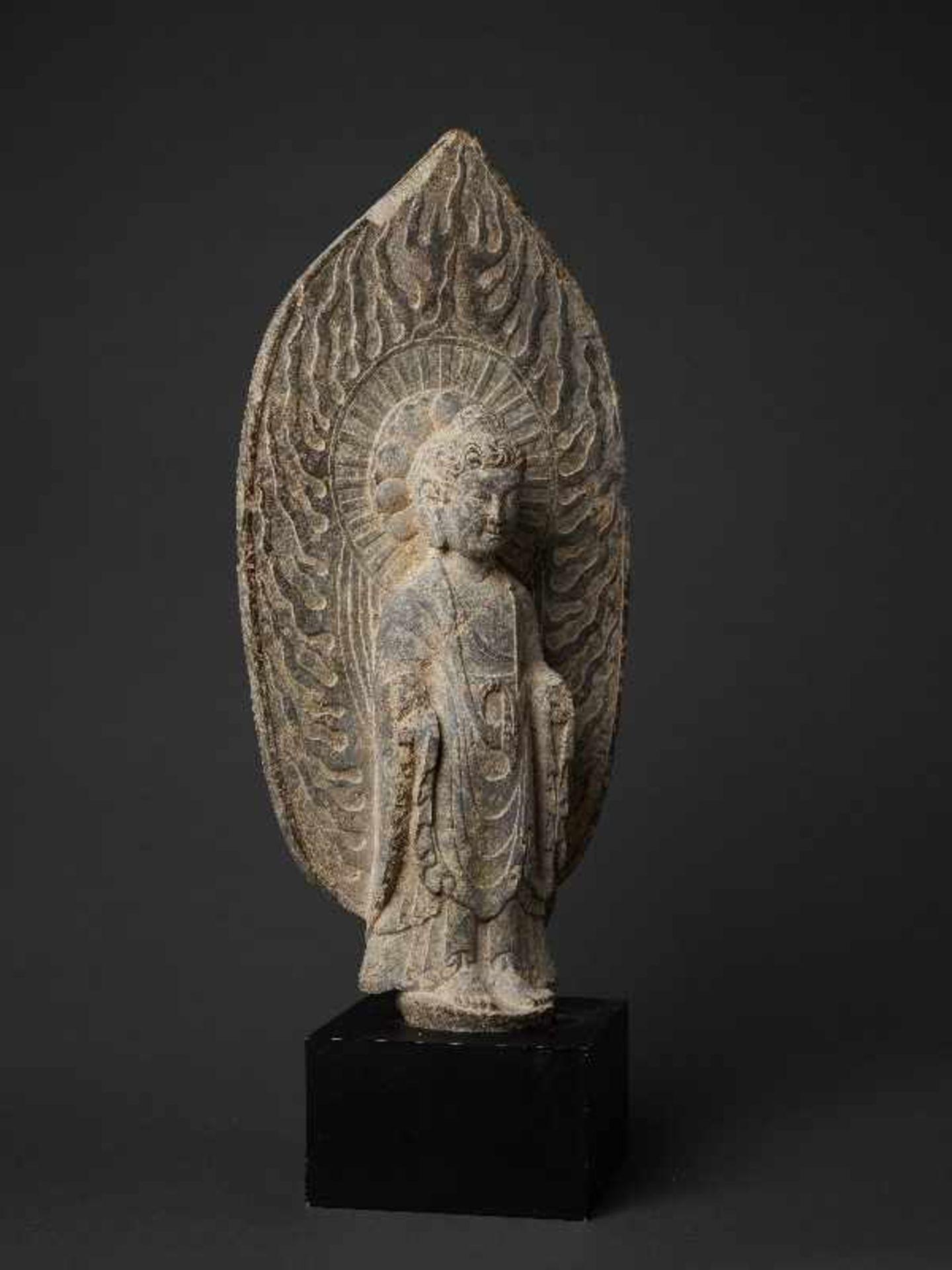 STEHENDER BUDDHA VOR FLAMMENDEM NIMBUS Grauer Stein. China, vermutl. Tang-Dynastie Sehr gut und - Image 3 of 6