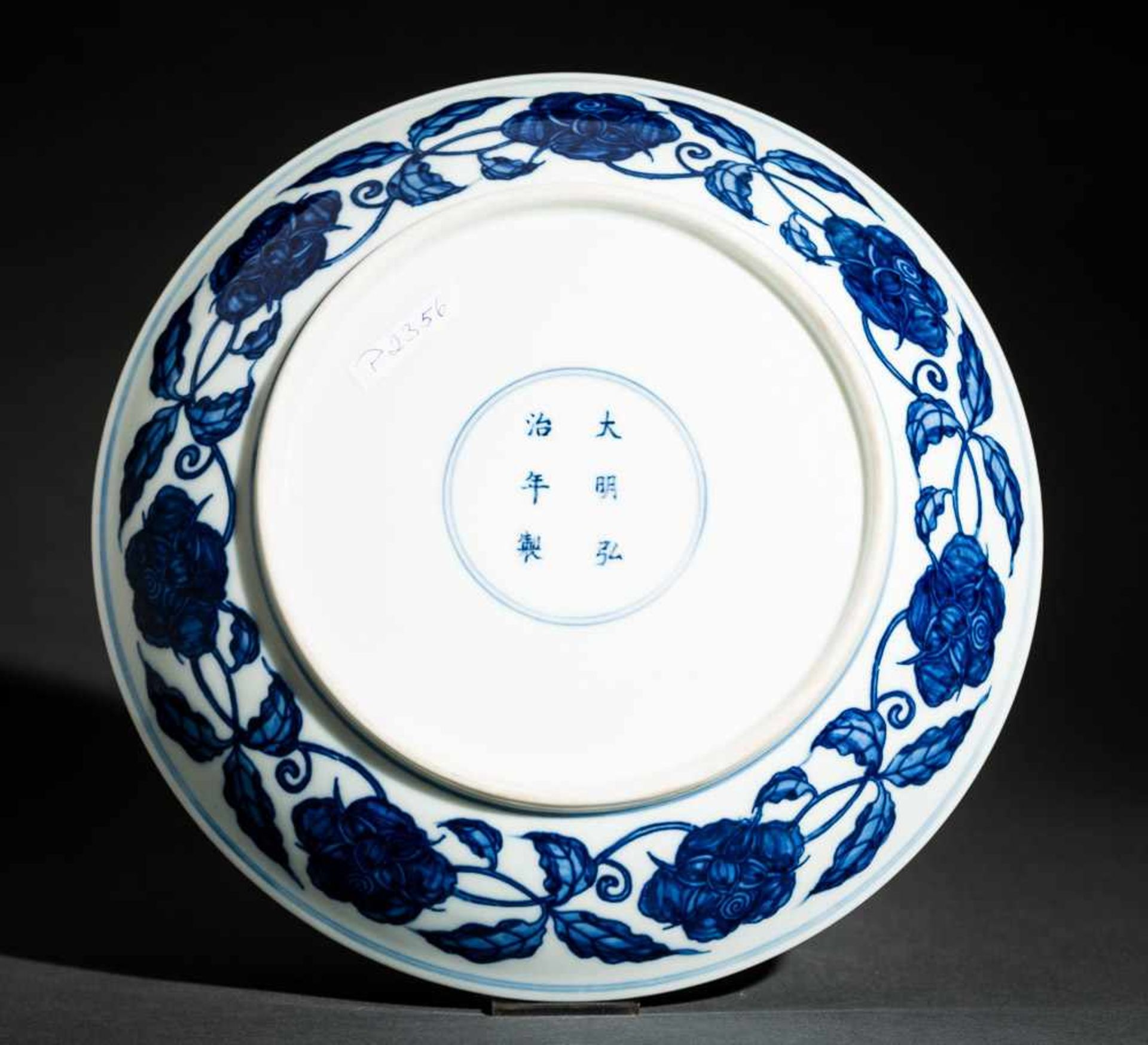 TELLER MIT BLÜTEN UND FRÜCHTEN Blauweißes Porzellan. China, Auf der Wandung innen als auch außen und - Image 2 of 2