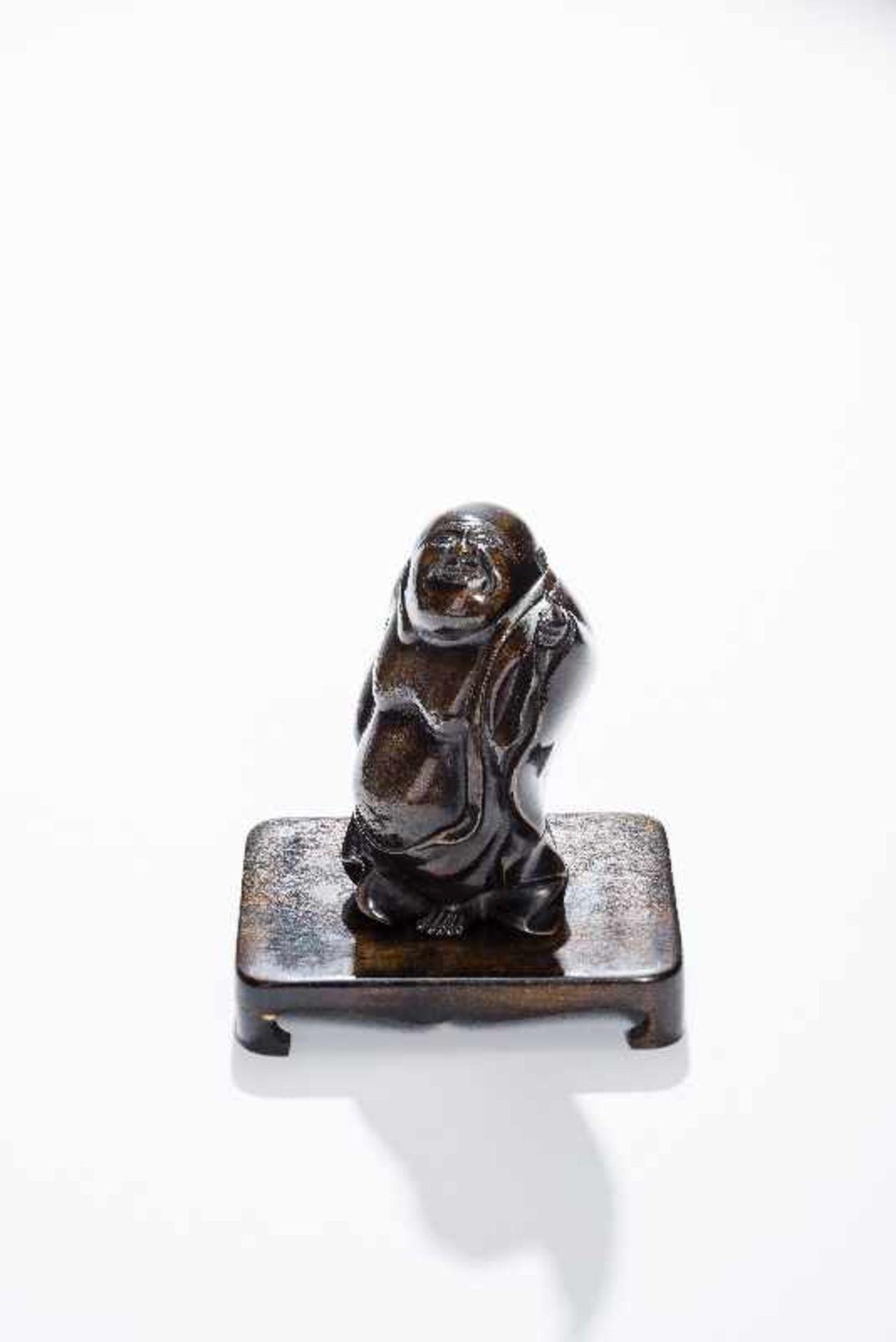 STEHENDER GLÜCKSGOTT BUDAI Gelbe Bronze. China, um 1900 Der dickbäuchige Glücksgott in wallendem - Image 6 of 8