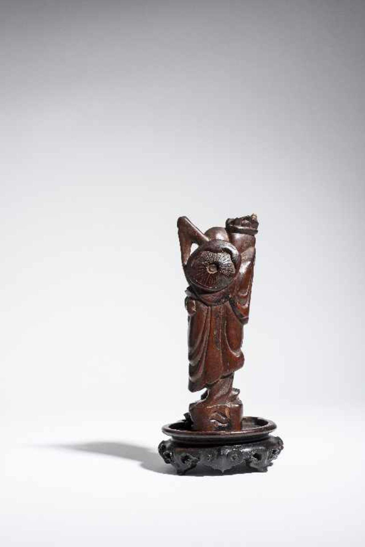 """KLEINE FIGUR EINES UNSTERBLICHEN Holz. China, 19. bis voriges Jh. Möglicherweise einer der """" - Image 4 of 5"""