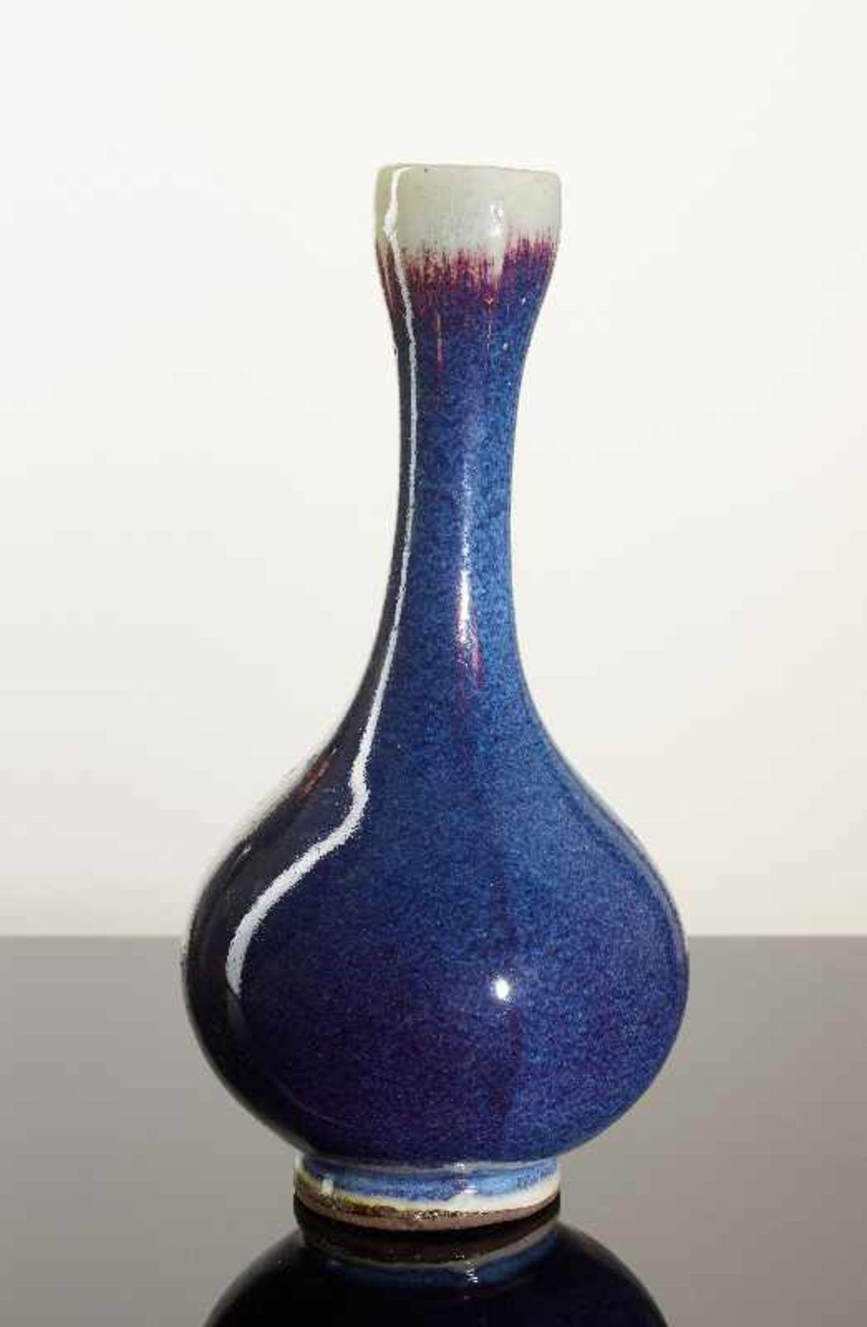 HOHE VASE Glasierte Keramik (Steinzeug). China, verm. 1. Drittel 20. Jh. Kugeliger Körper mit