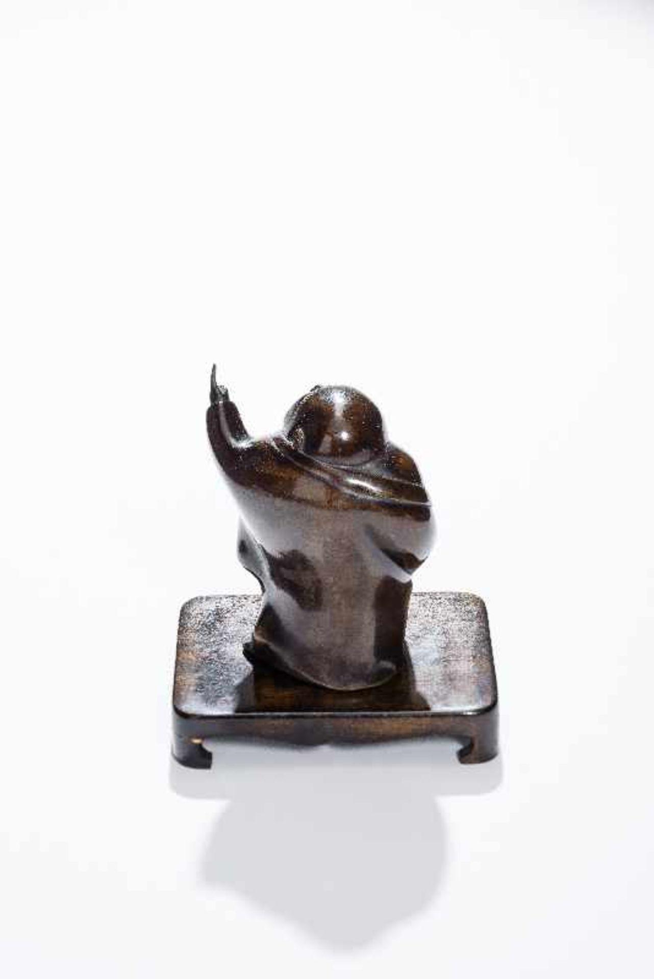 STEHENDER GLÜCKSGOTT BUDAI Gelbe Bronze. China, um 1900 Der dickbäuchige Glücksgott in wallendem - Image 5 of 8