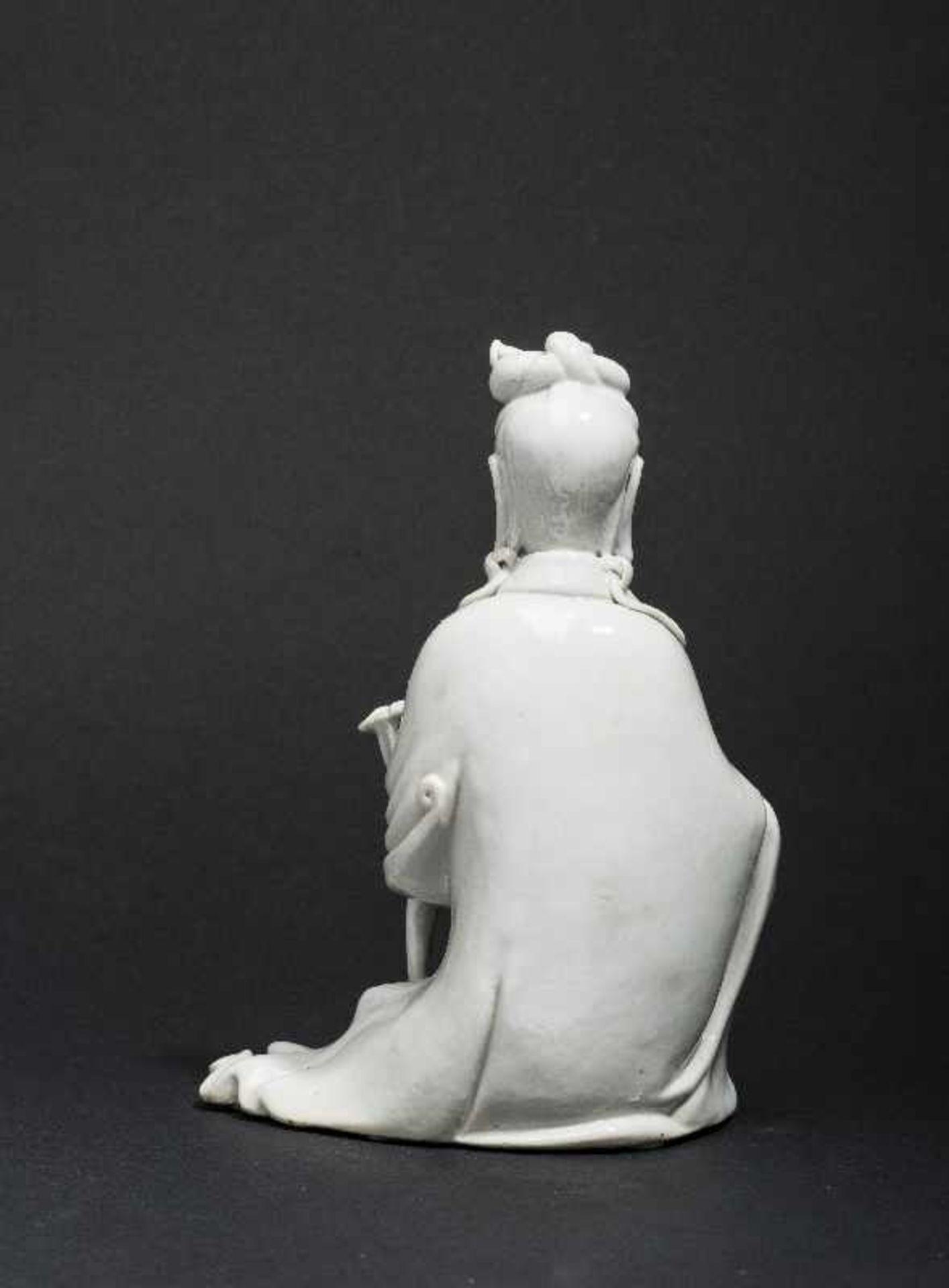 SITZENDE GUANYIN MIT ZEPTER Blanc de Chine-Porzellan. China, Qing 17. bis 18. Jh. Ein betörend - Image 4 of 7
