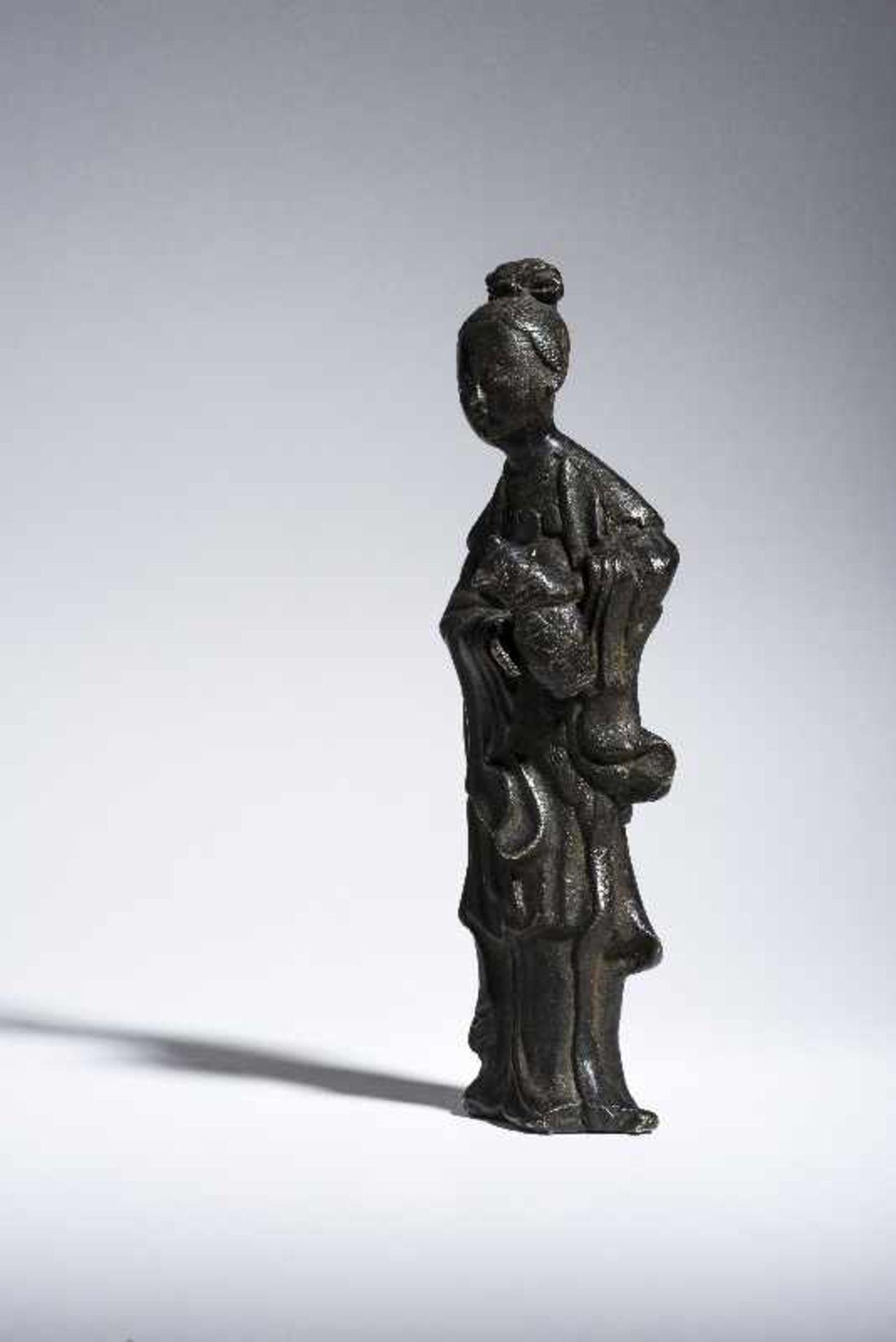 UNSTERBLICHE MIT WASSERKANNE Gelbe Bronze. China, Qing 19. Jh. Vermutlich eine Fee, möglicherweise - Image 4 of 6