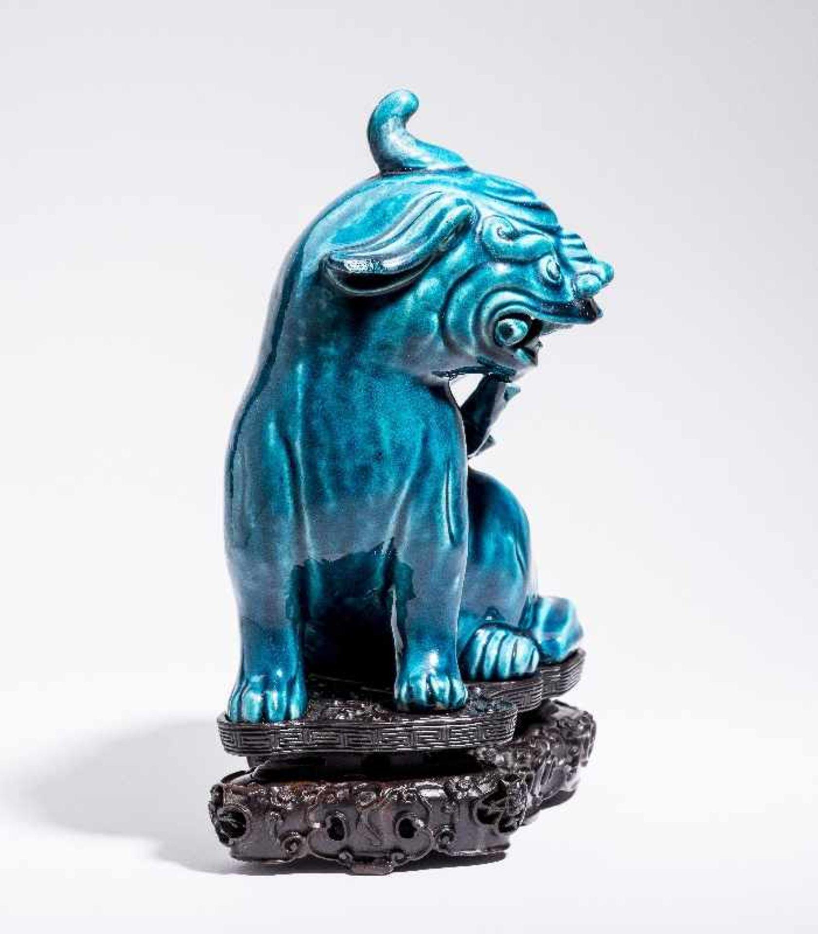 SITZENDES EINHORNPorzellan. China, Qing-Dynastie, 18. Jh. An dieser Porzellanskulptur des - Image 3 of 7