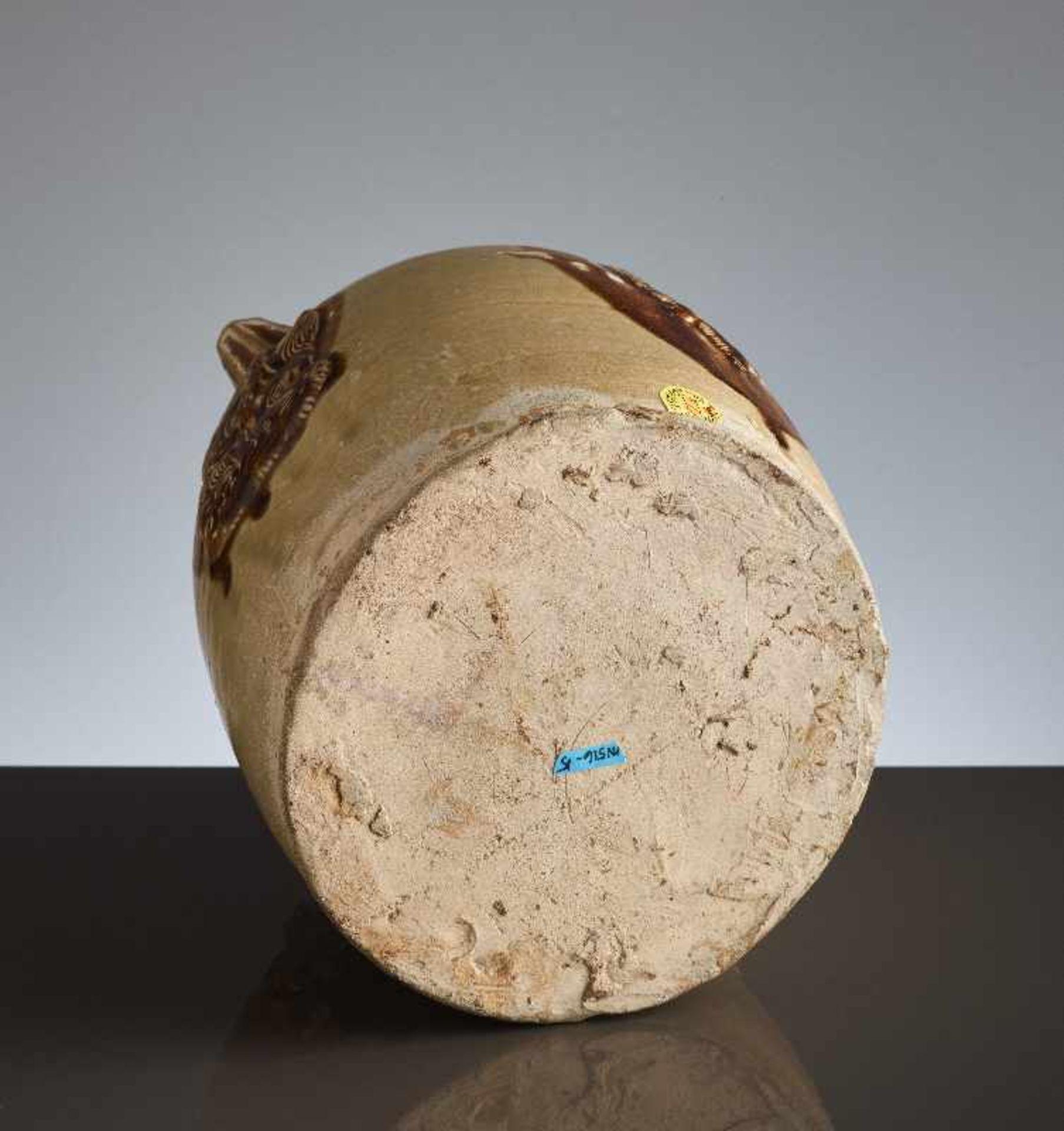 HENKELKANNE MIT RELIEFDEKORGlasierte Keramik. China, Tang, ca. 8. bis 9. Jh. Typische Changsha- - Image 6 of 8