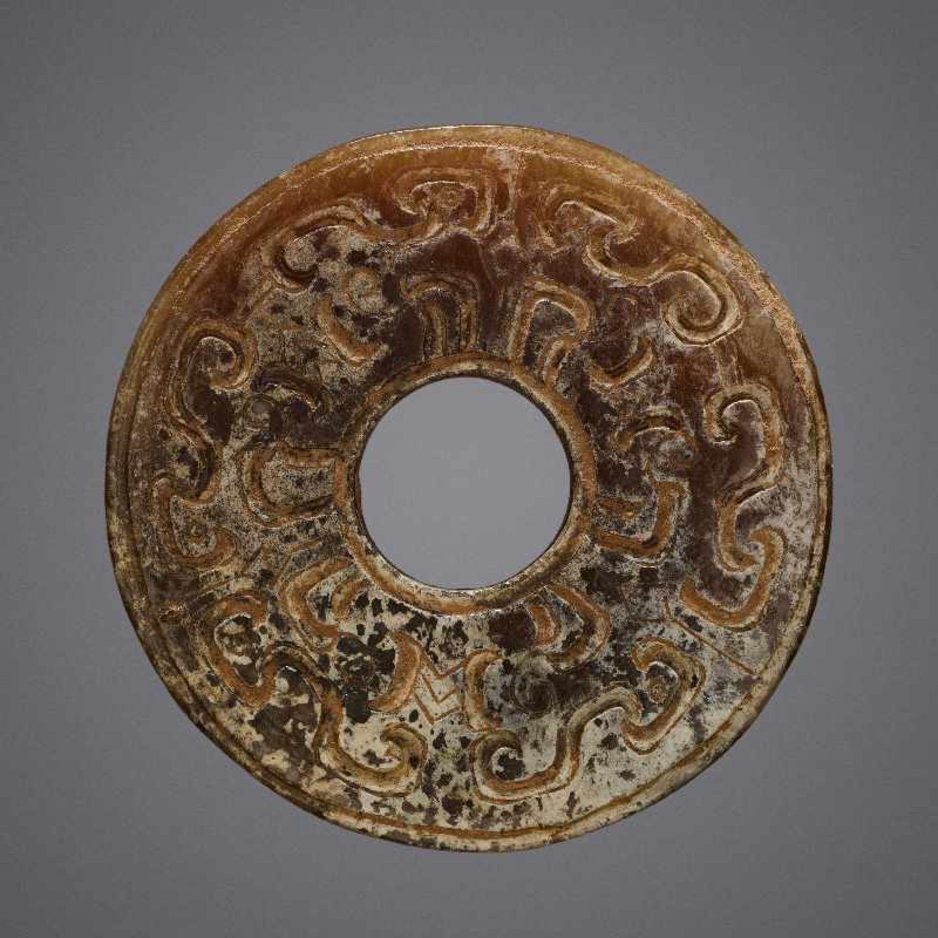KONVOLUT MIT EINER BI UND DREI AMULETTENJade. China, späte Qing-Dynastie, 19. Jh. 75a: BI Jade. - Image 3 of 17