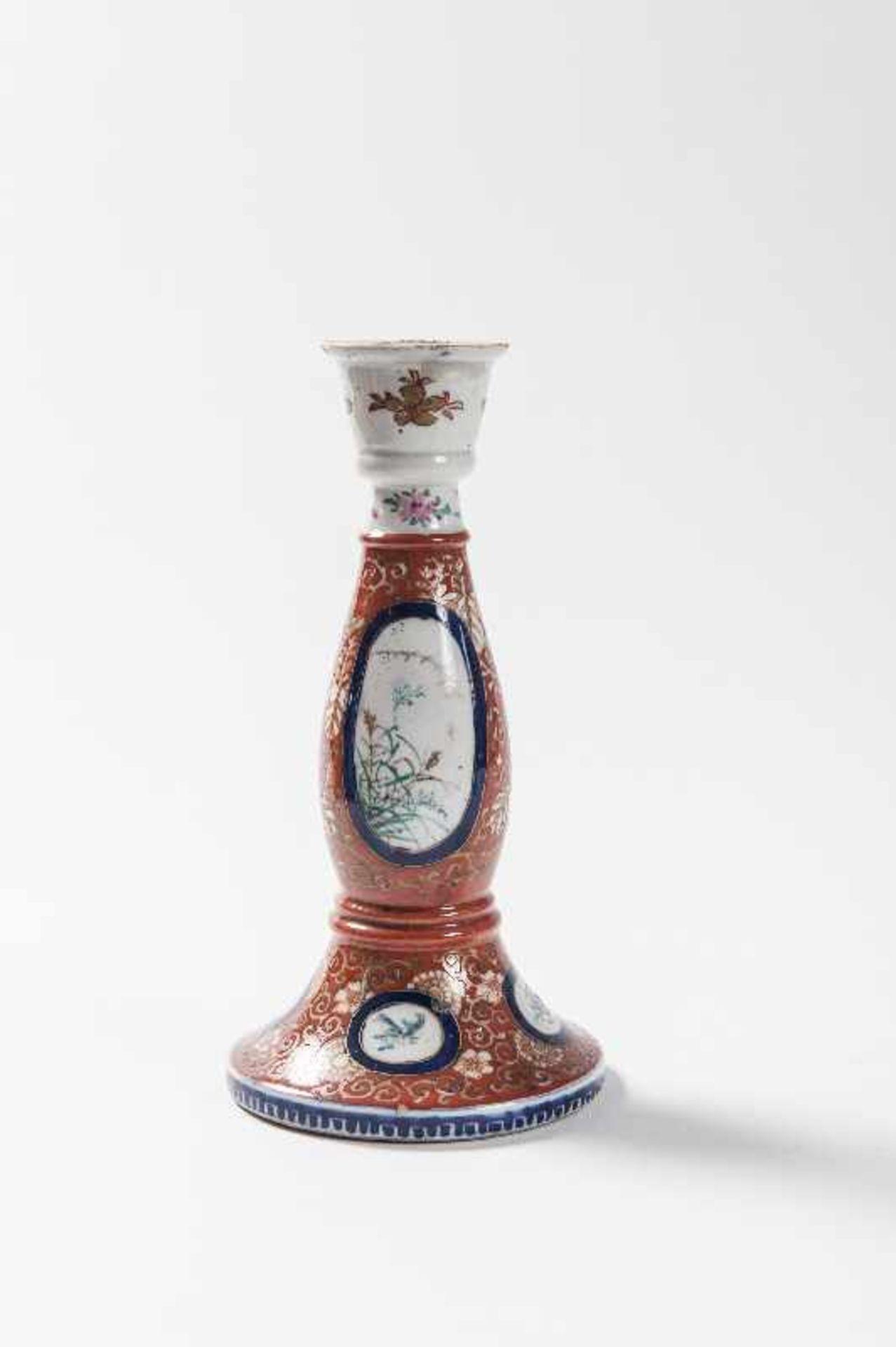 Konvolut Bestehend aus 1 Kerzenständer,1 Porzellanvase Kutani-Porzellan. Japan, 19. Jh. a) - Image 2 of 5