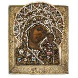 *Gottesmutter von Kasan Russische Ikone, frühes 18. Jh., mit Messingoklad und reich besticktem