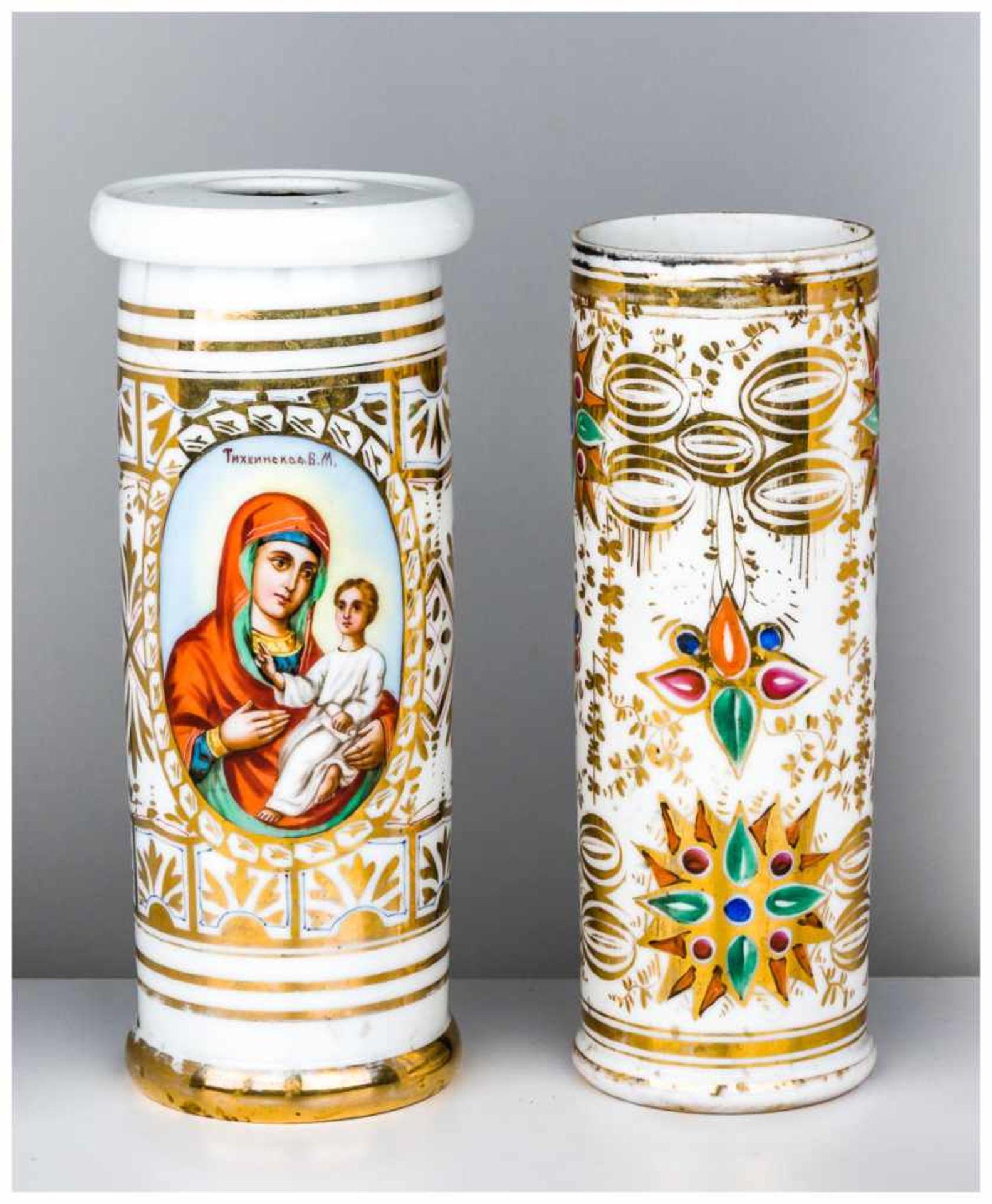 Los 27 - Zwei Kerzenleuchter Porzellan, ohne Marken, um 1900 25 x 9 cm und 27 x 11 cm Two candle sticks //