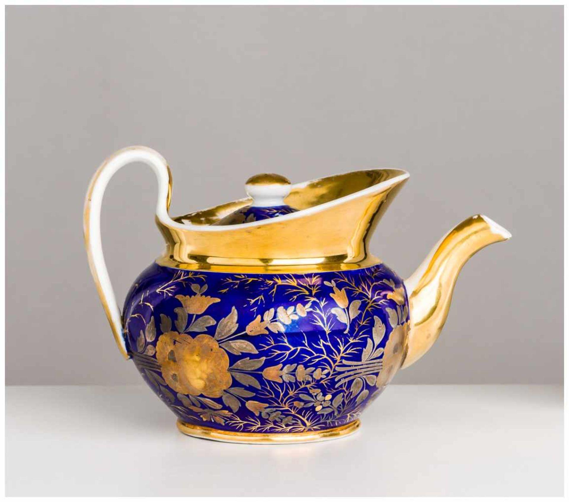 Los 32 - Teekanne Porzellan Manufaktur Gardner, um 1830 ca. 11 x 17,5 cm Gold etwas berieben. Teapot //