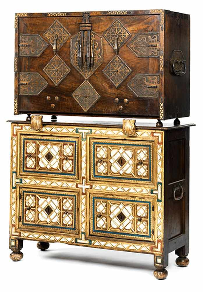 Lot 3 - Reich ausgestattetes zweiteiliges Kabinettmöbel Gesamthöhe: 158 cm. Breite: 115 cm. Maximale