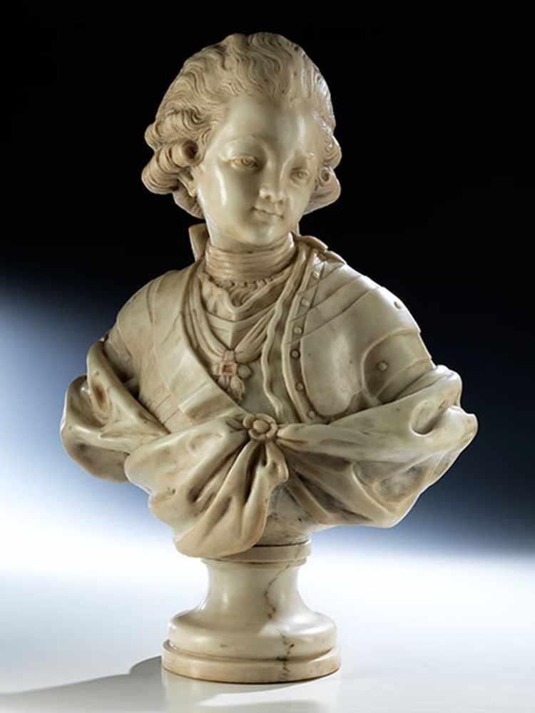 Lot 18 - Jean Baptiste Lemoyne d. J., 1704 Paris - 1778, zug. KNABENBÜSTE IN WEISSEM MARMOR Höhe: 47 cm.