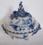 Grande soupière en faïence bleue posée sur 3 pieds, couvercle aux motifs de [...]