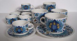 Ensemble de 10 tasses (6 petites et 4 grandes) et sous-tasses (1 avec petit éclat) [...]