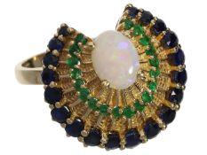"""Ring: äußerst dekorativer Opal-Goldschmiedering mit Saphiren und Smaragden """"Pfauenrad"""" Ca. Ø19,"""