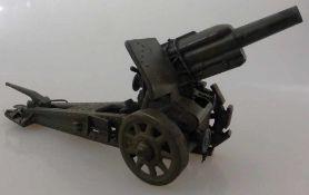Blechspielzeug um 1930, Feldkanone, Blech lackiert, eine Schaufelkette fehlt, l. 27cm, passend zu