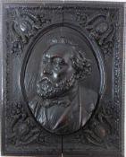 Reliefbild, 19.Jh., Holz geschnitzt, plastisches Portrait eines Herren, in den Ecken jeweils