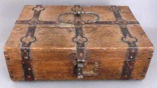 Kasse 18.Jh., Eichenholz mit schmiedeeisernen Beschlägen, Spannungsrisse / Fehlteile, 37cm x 55cm