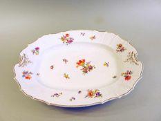 Böhmische Platte Porzellan, bunt bemalt, floral, Bouquetdekor. Goldener staffierter Rippenrand,
