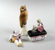 3 Figuren Porzellan. Pierrot mit der Laute, am Boden unter- und aufglasur gemarkt, von dem